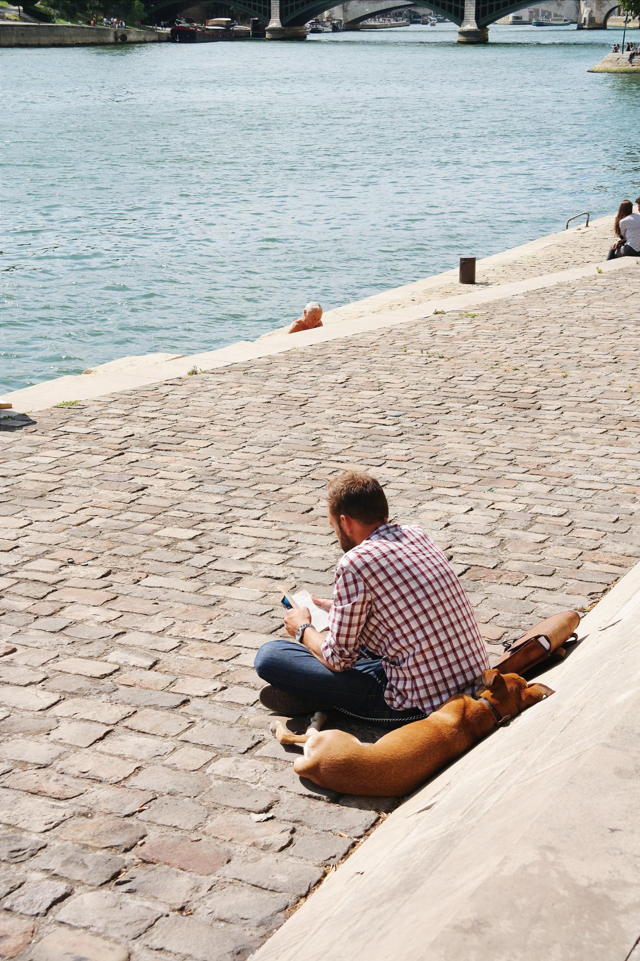 Face à la Seine avec mon fidèle compagnon