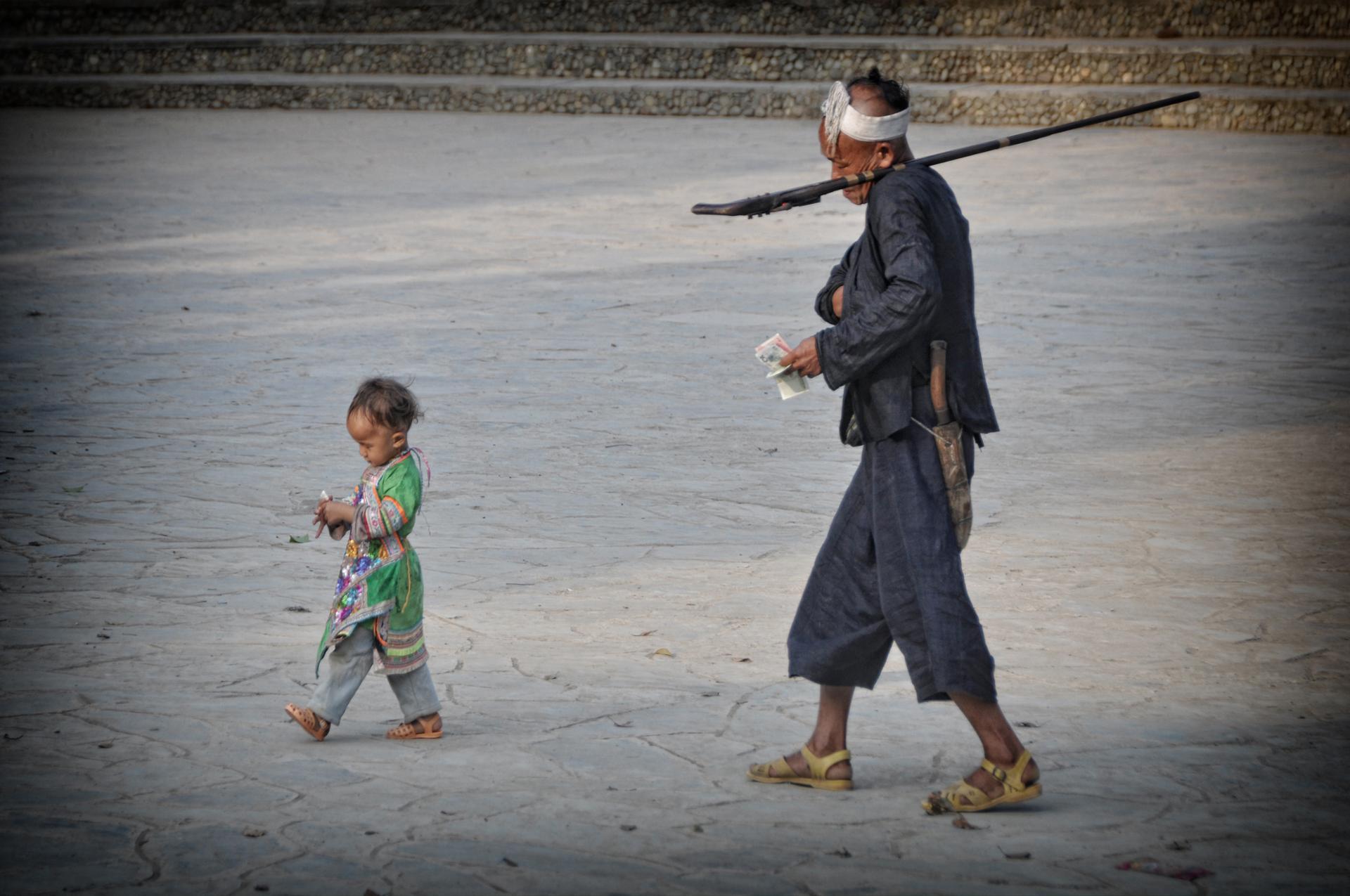 Deux générations...Mimétisme entre un grand-père et son petit-fils (Province du Guizhou, Chine)