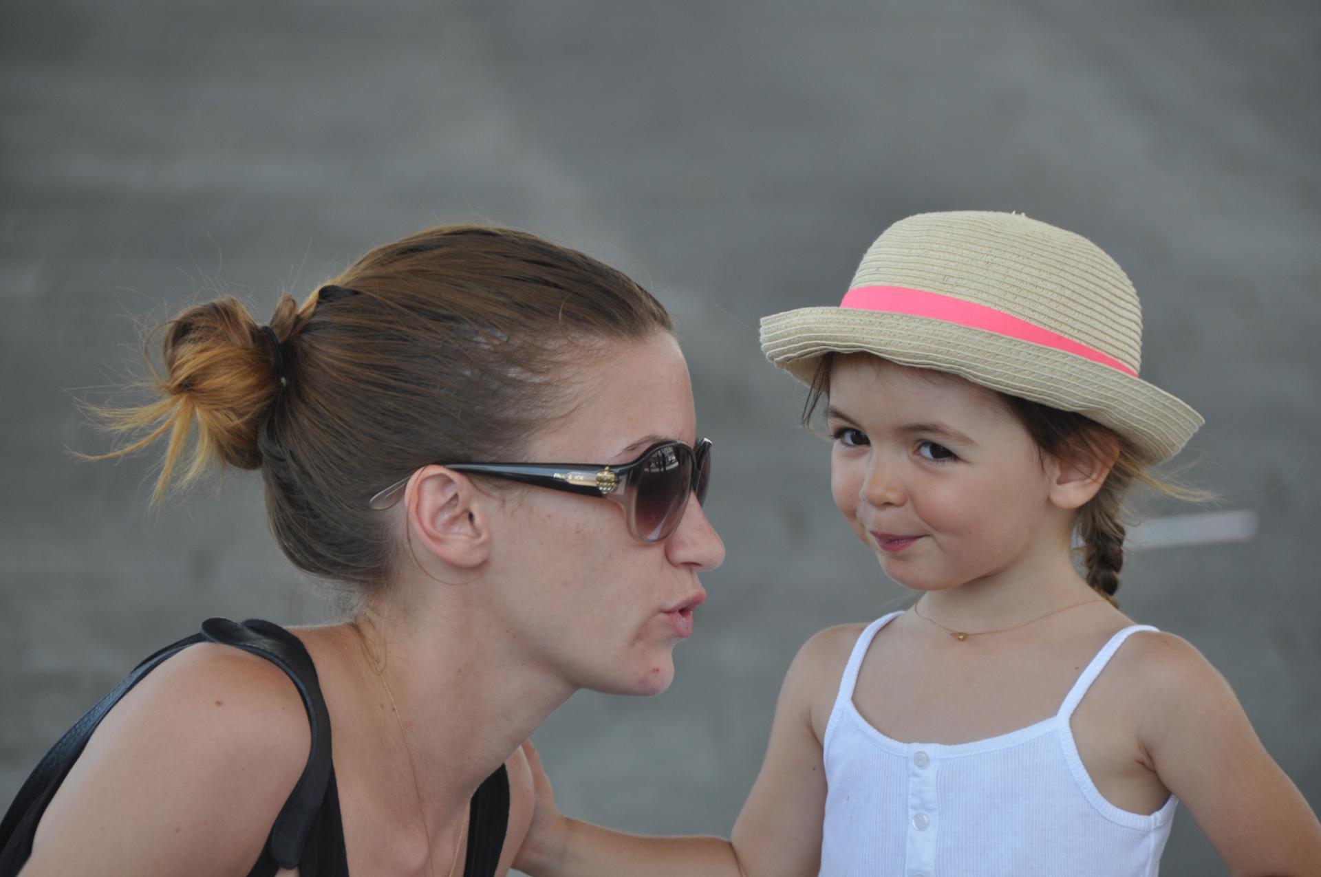 Confidences mère, fille...(photo de rue)