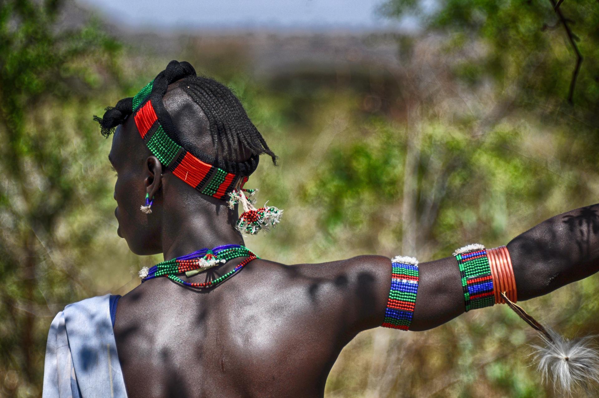 Jeune homme de la tribu Hamar paré pour la cérémonie de mariage (Ethiopie)