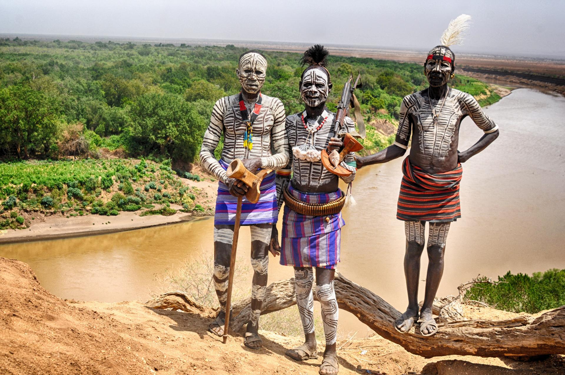 Guerriers de la tribu Karo (Vallée de l'Omo, Ethiopie)