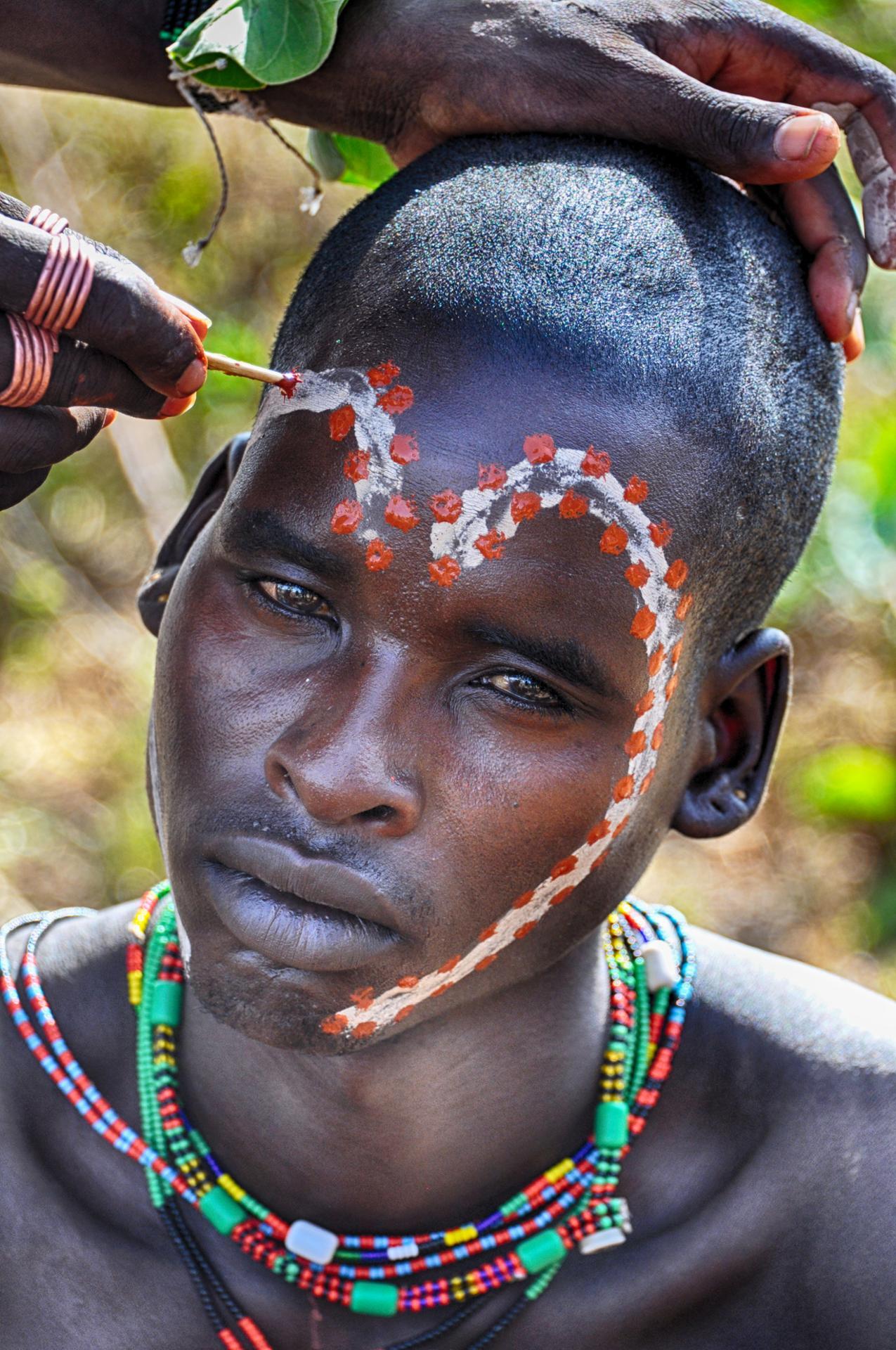 Séance de maquillage avant la cérémonie de mariage chez l'ethnie Hamar  (Vallée de l'Omo, Ethiopie)