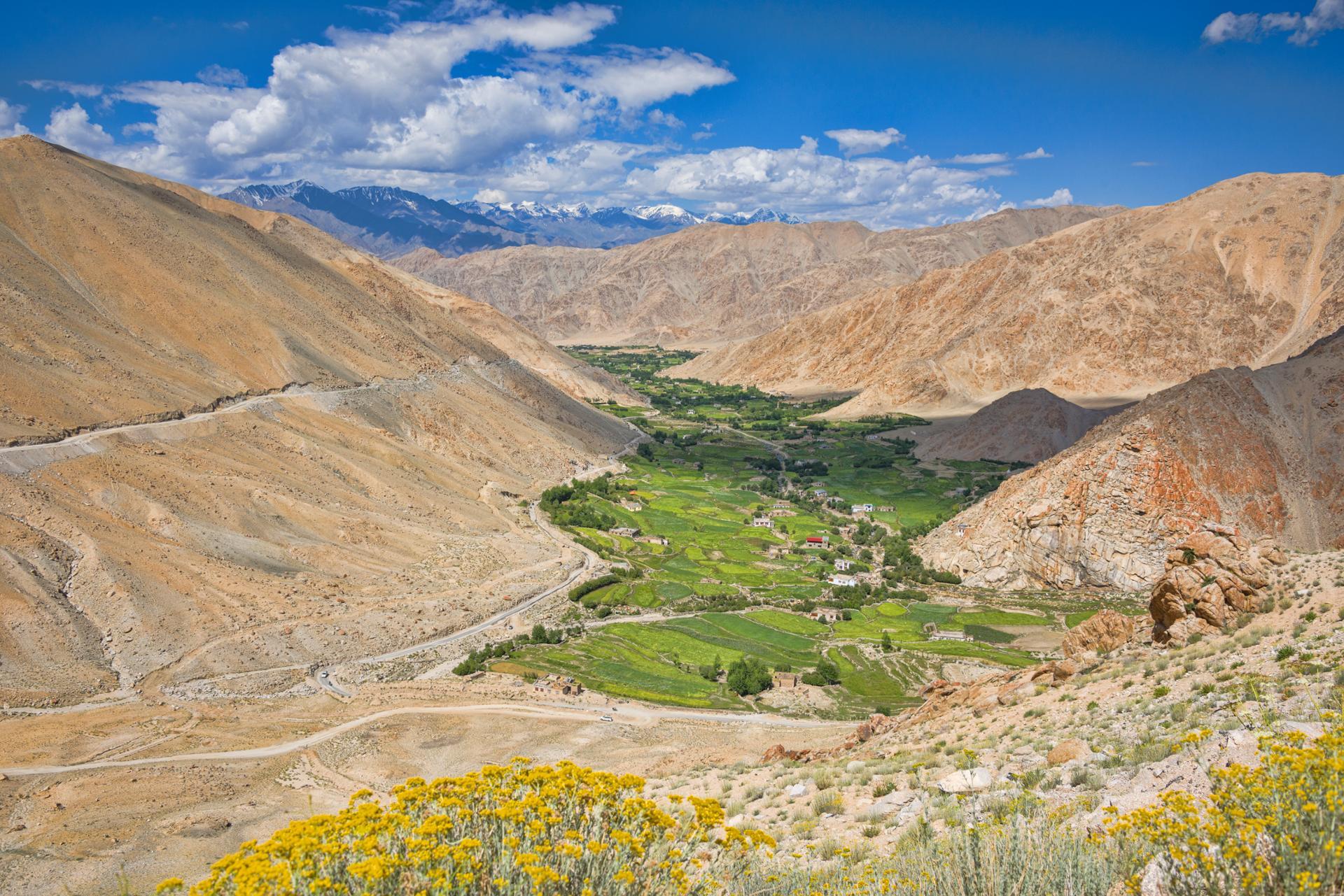 Enchâssé dans une vallé entre la chaîne Himalayenne (Jammu et Cachemire)