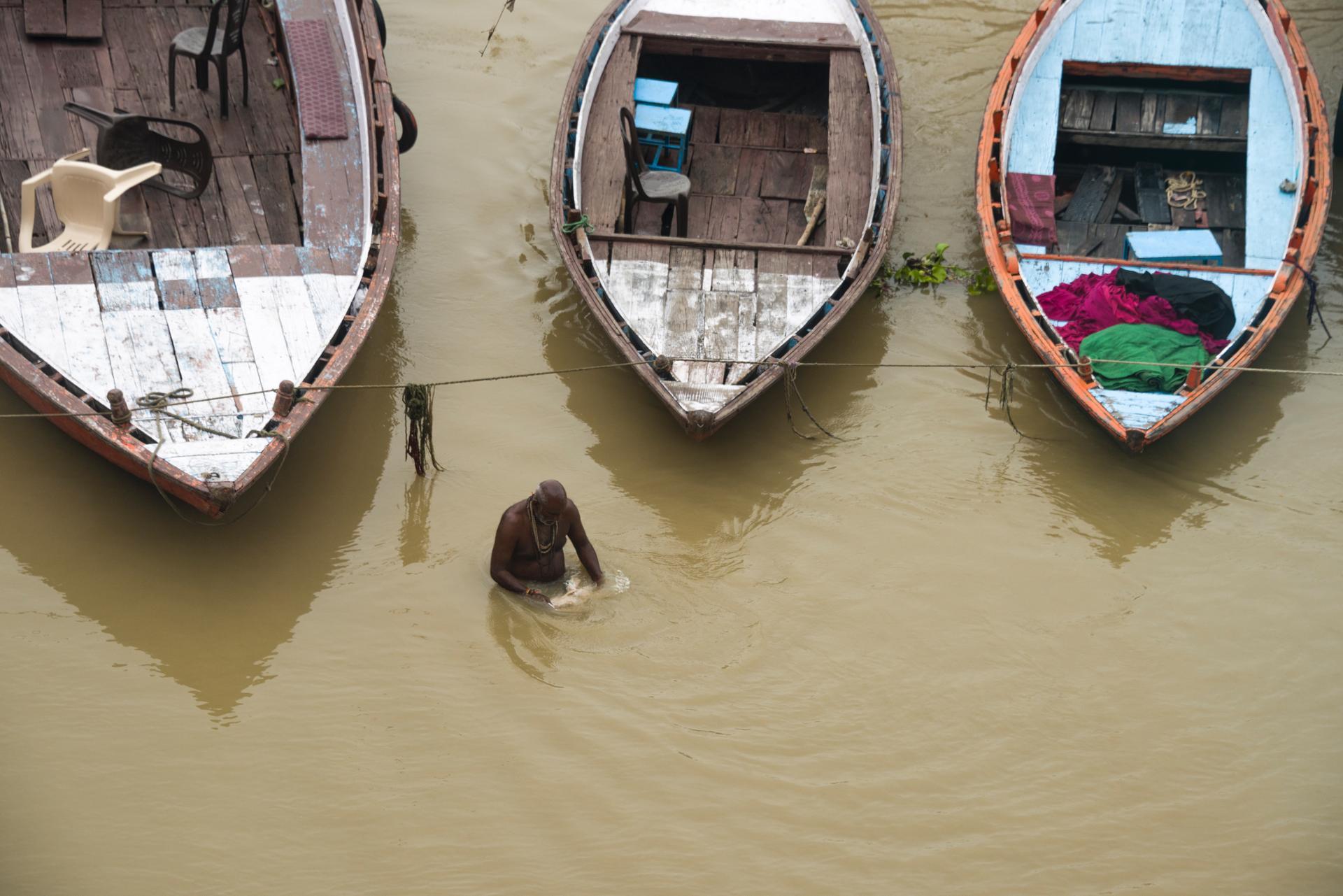 Ablutions matinales d'un pélerin dans le Gange (Varanasi)
