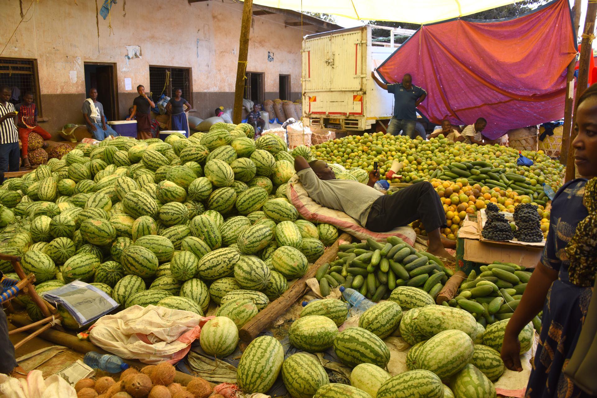 Scène de vie dans un marché couvert à Iringa (Tanzanie)