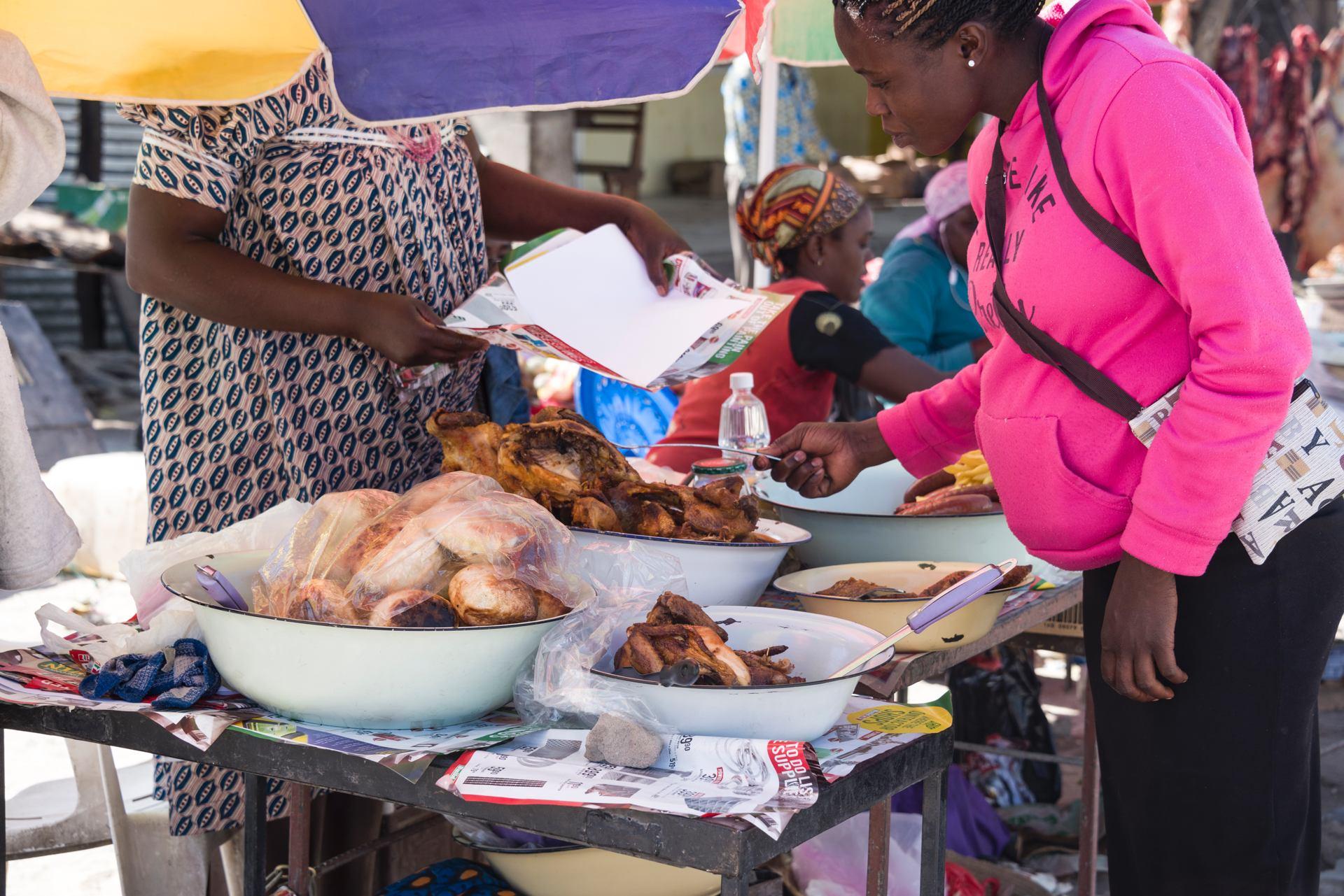 Etal de poulets frits et petits pains maison (marché aux environs de Windhoek, Namibie)