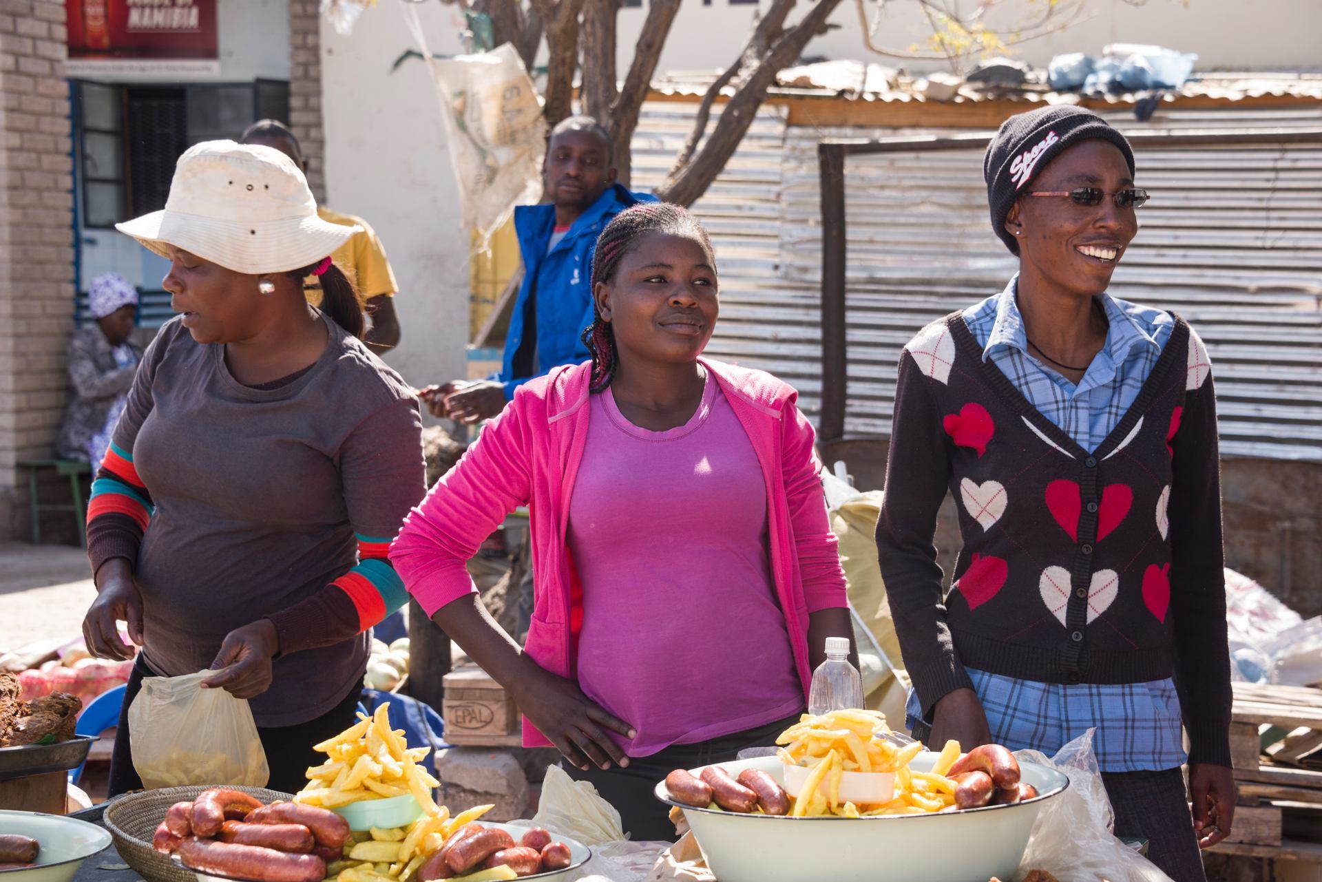 Frites et saucisses (marché aux environs de Windhoek, Namibie)