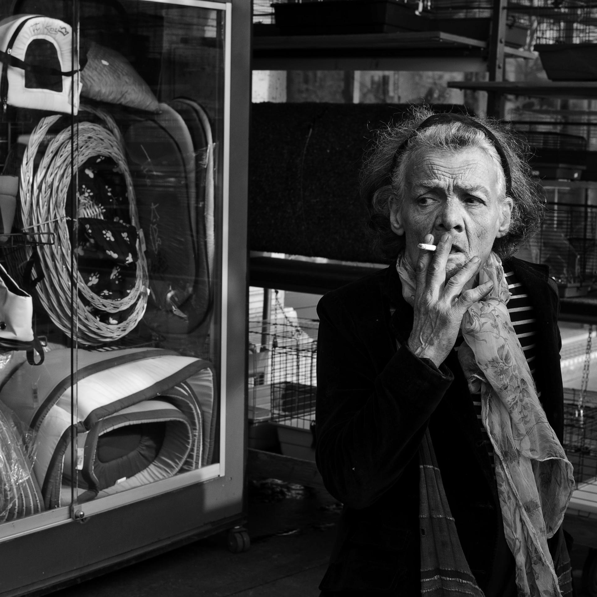 Vieille femme avec une cigarette