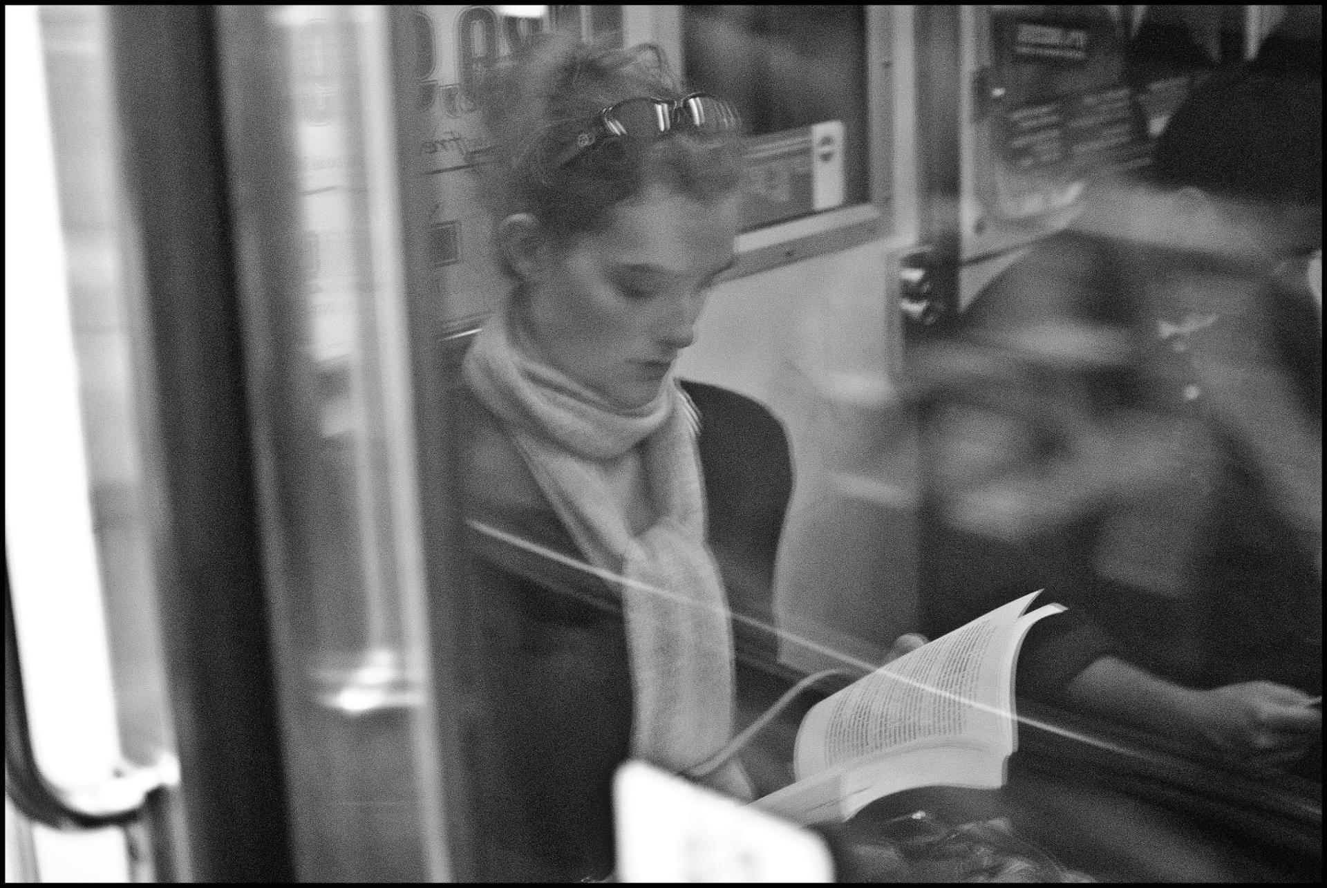Reflet d'une lectrice, métro