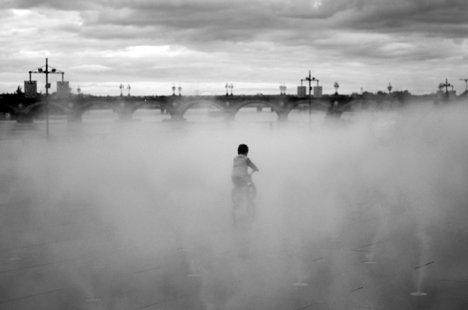Un enfant dans la brume