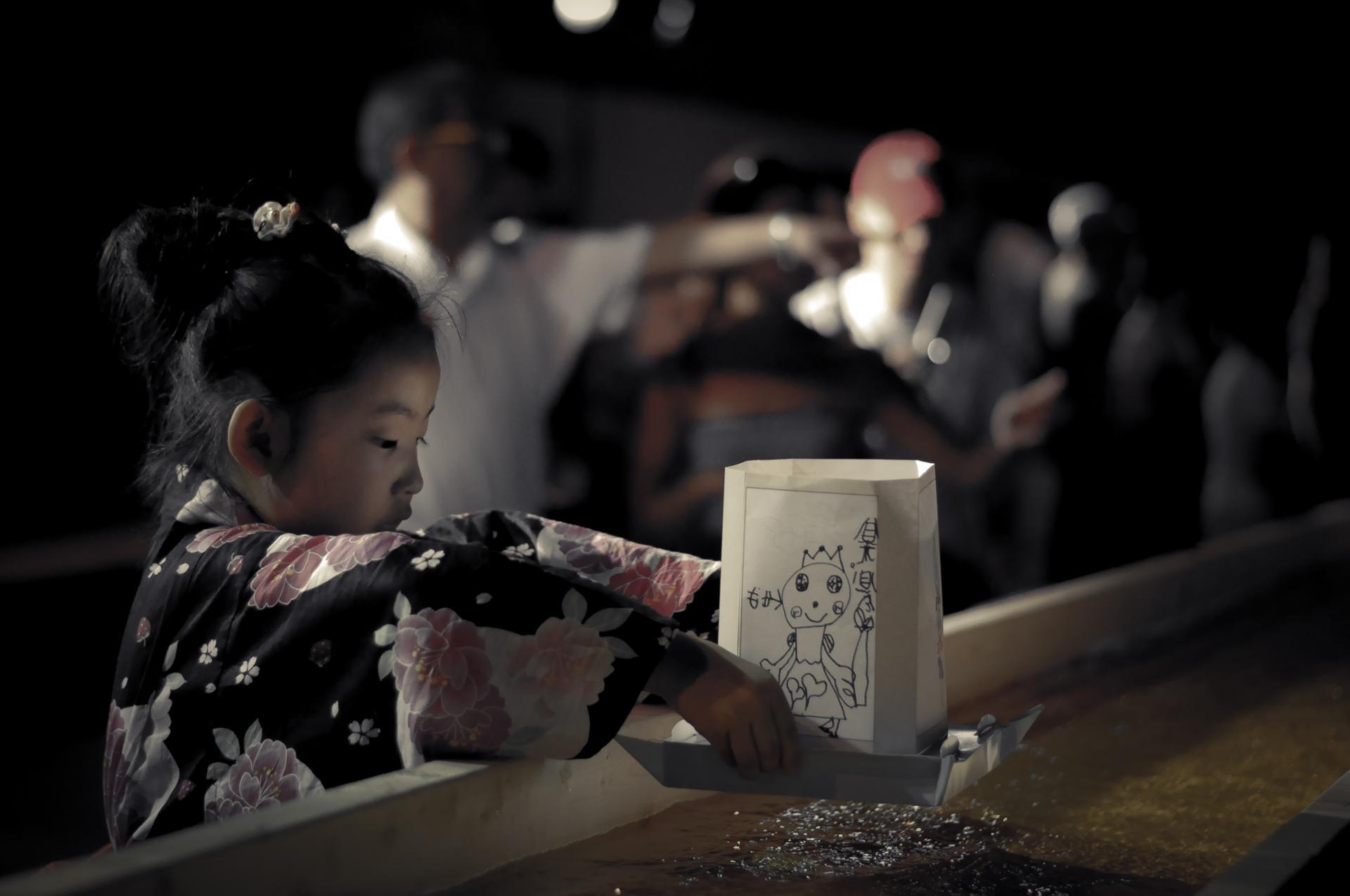 JAPON La fille à la lanterne de papier