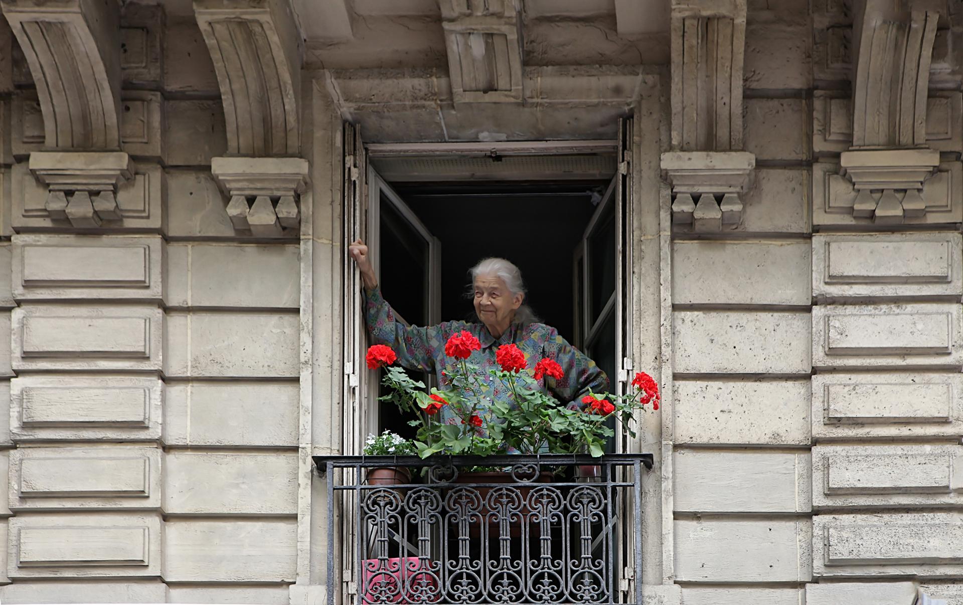 Proverbe, Mamie au balcon, chaton sur l'édredon.