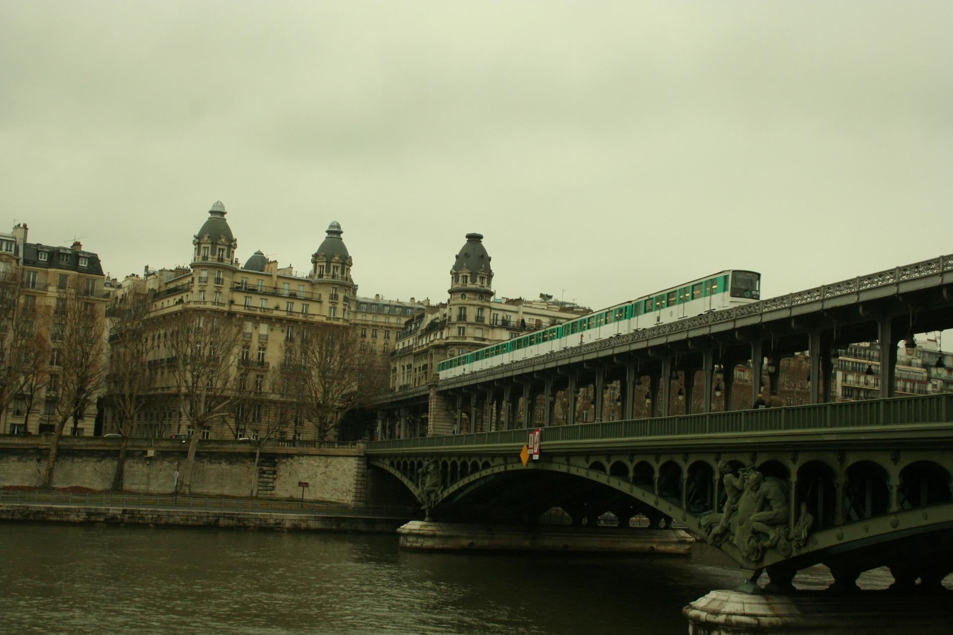 pont et batiments à Paris
