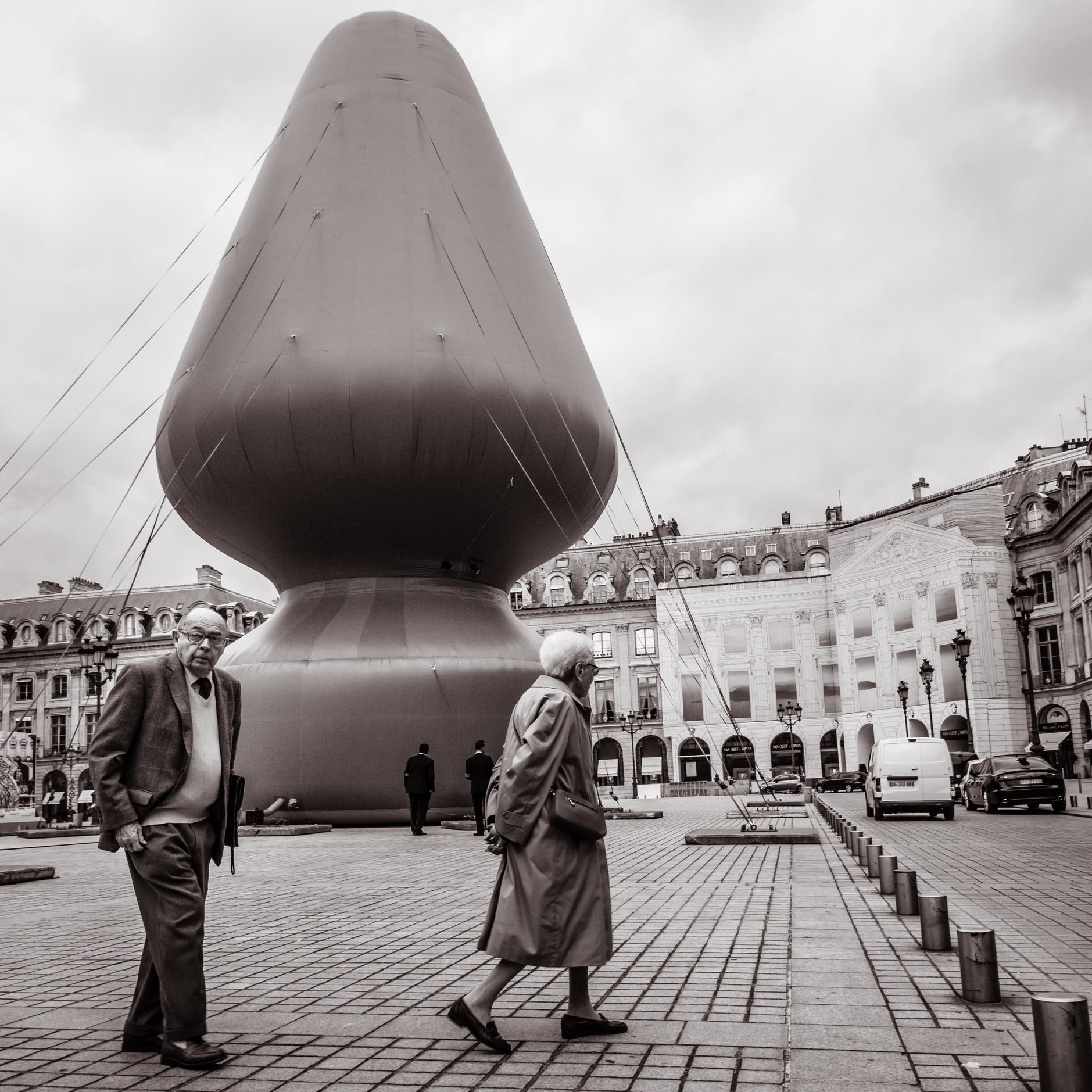 """Paul McCarthy """"tree"""" - Place Vendome (bonjour monsieur)"""