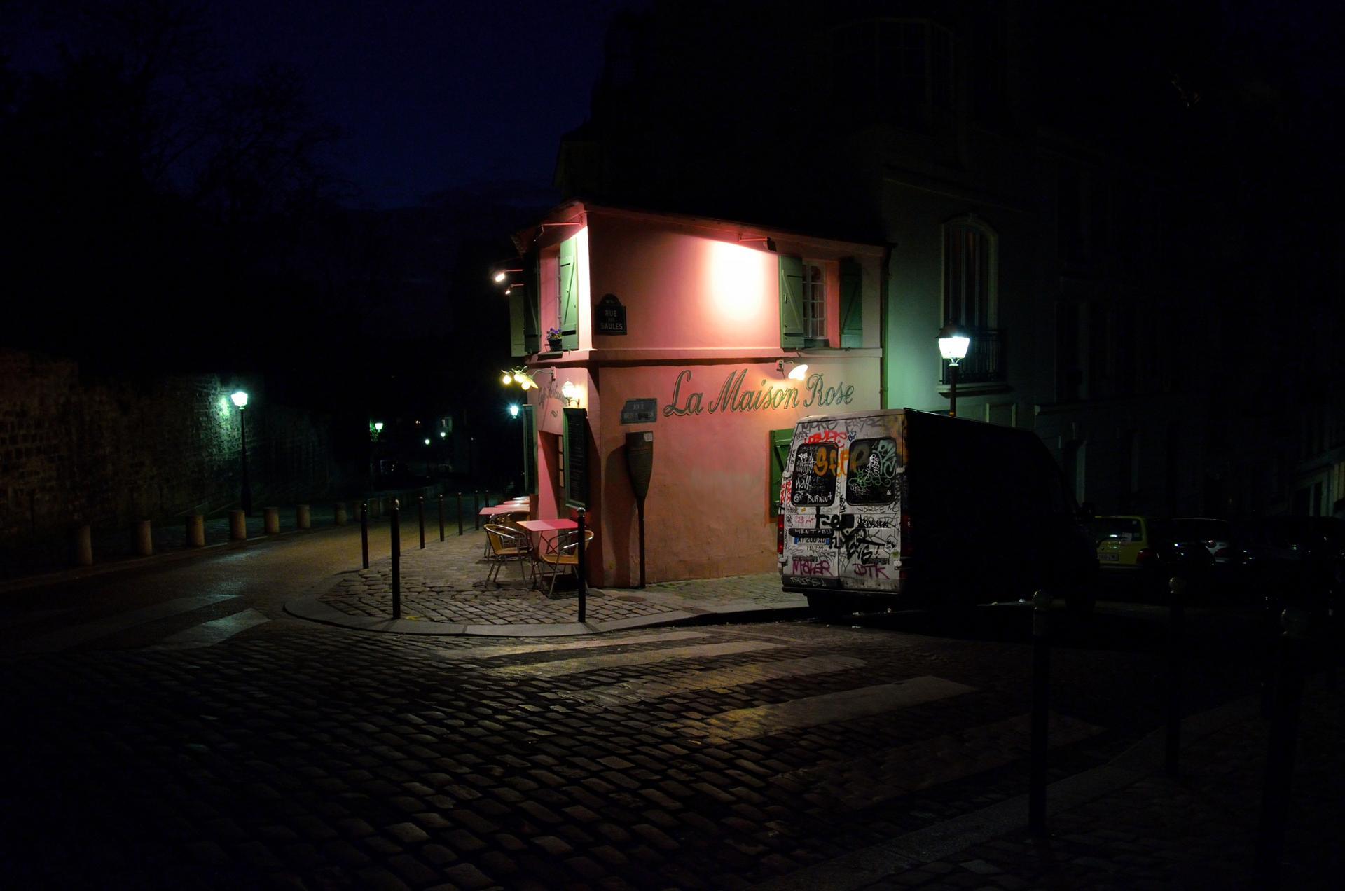 La maison rose dans le noir.