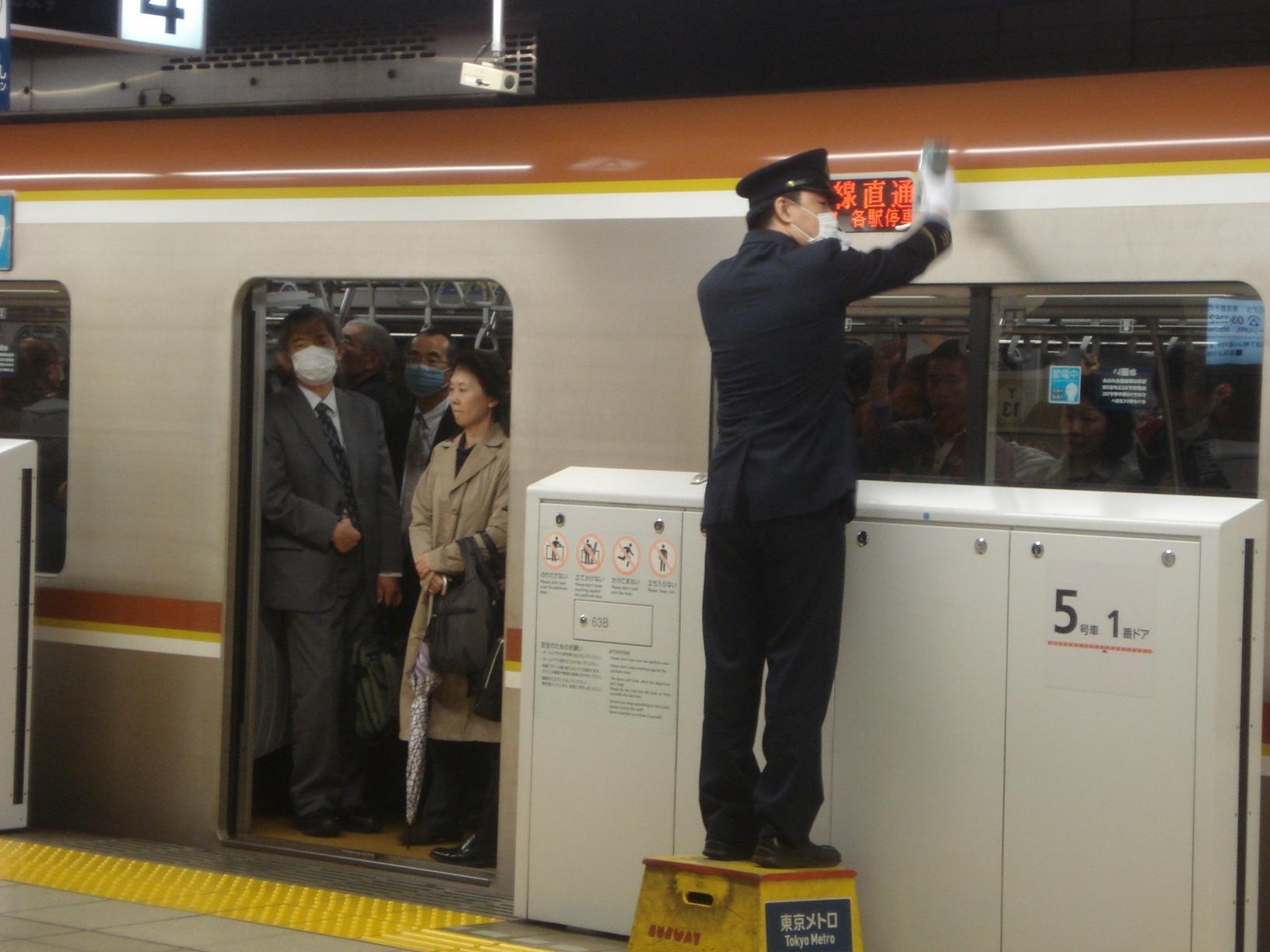 Sur le quai du métro, à Tokyo