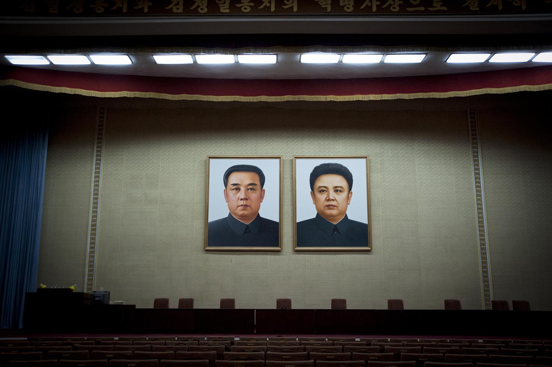Portraits des grands leaders à la grande maison des études du peuple de Pyongyang dans la salle de cinéma.