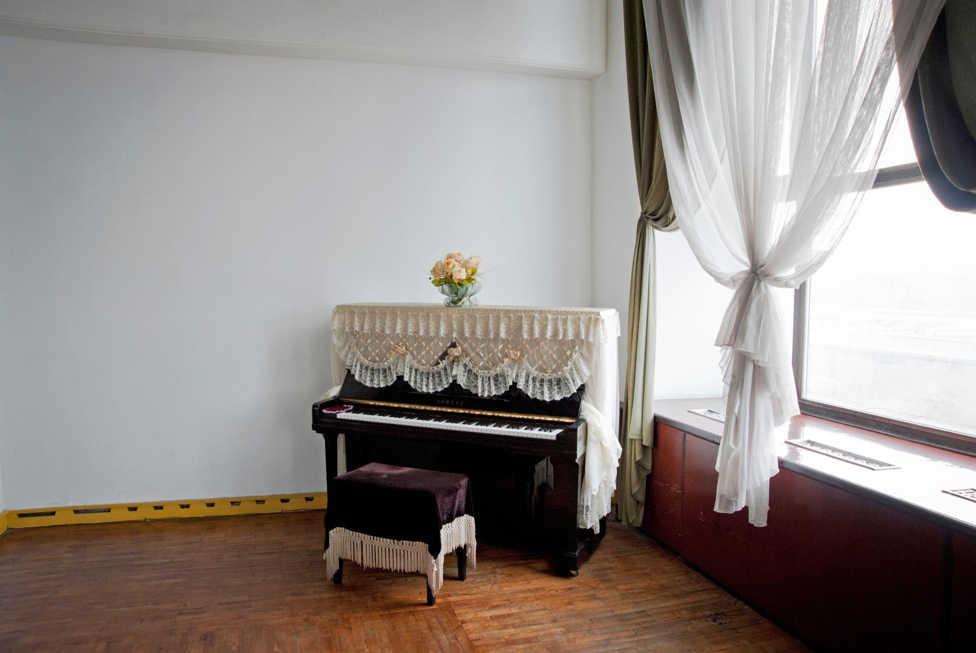 Le piano de la salle de répétition de danse classique au palais des enfants de Pyongyang.