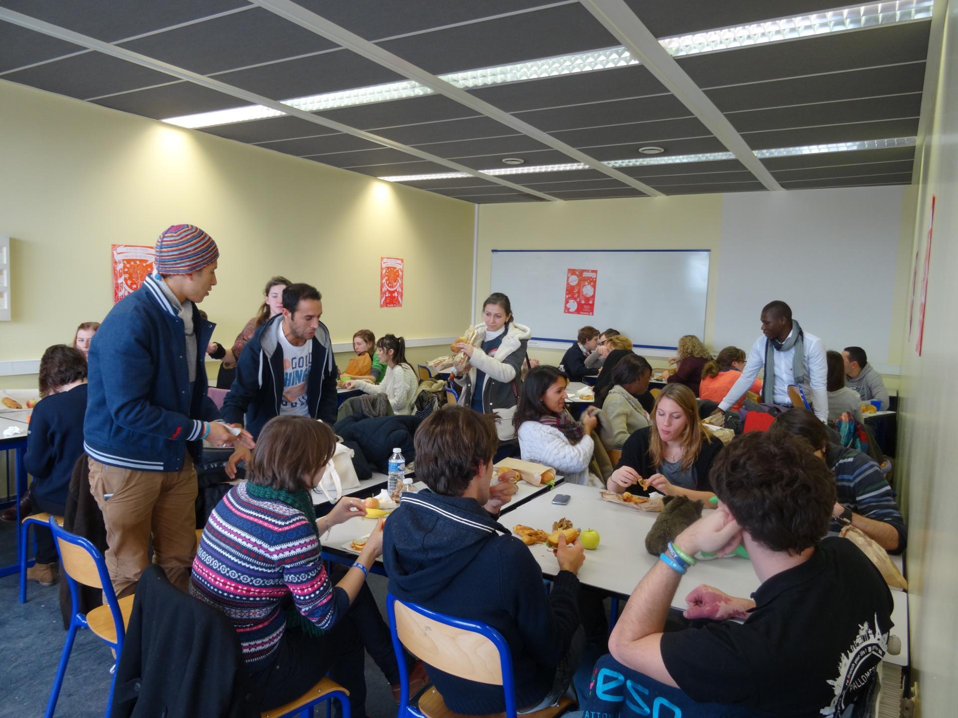 Moments de partages de projets étudiants autour d'un sandwich