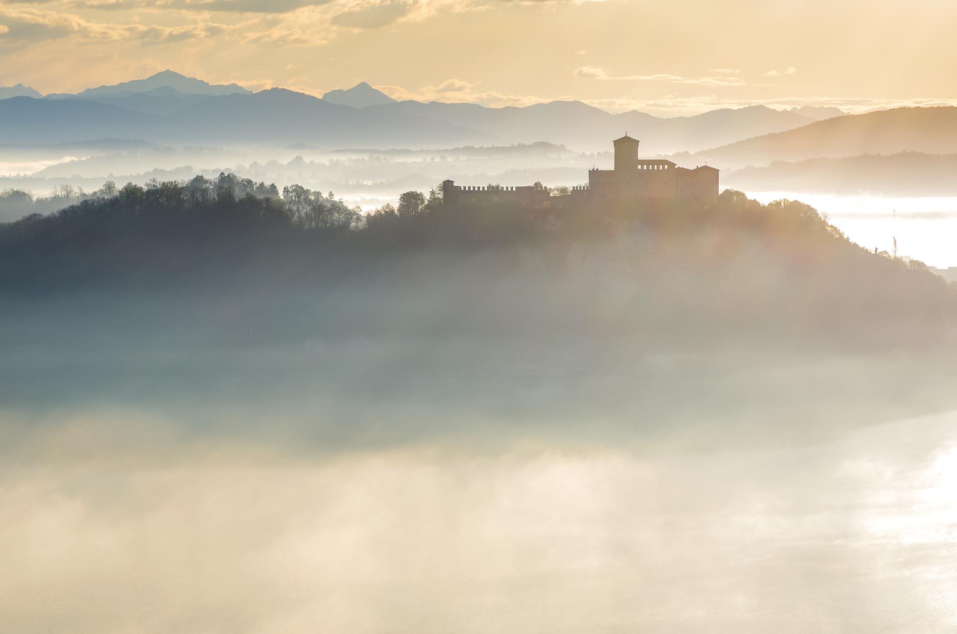 chateau italien sur fond d'Alpes