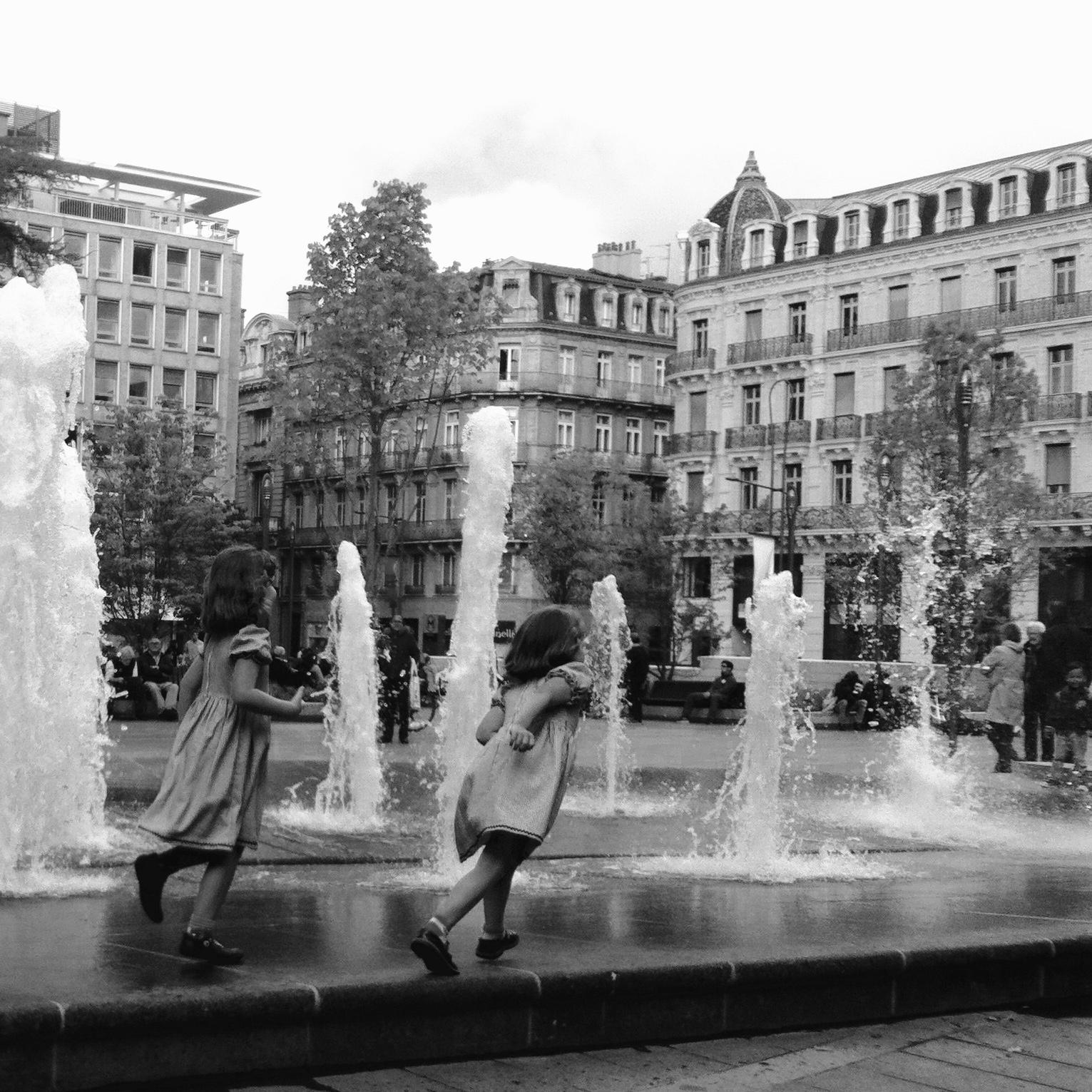 petites filles à la fontaine