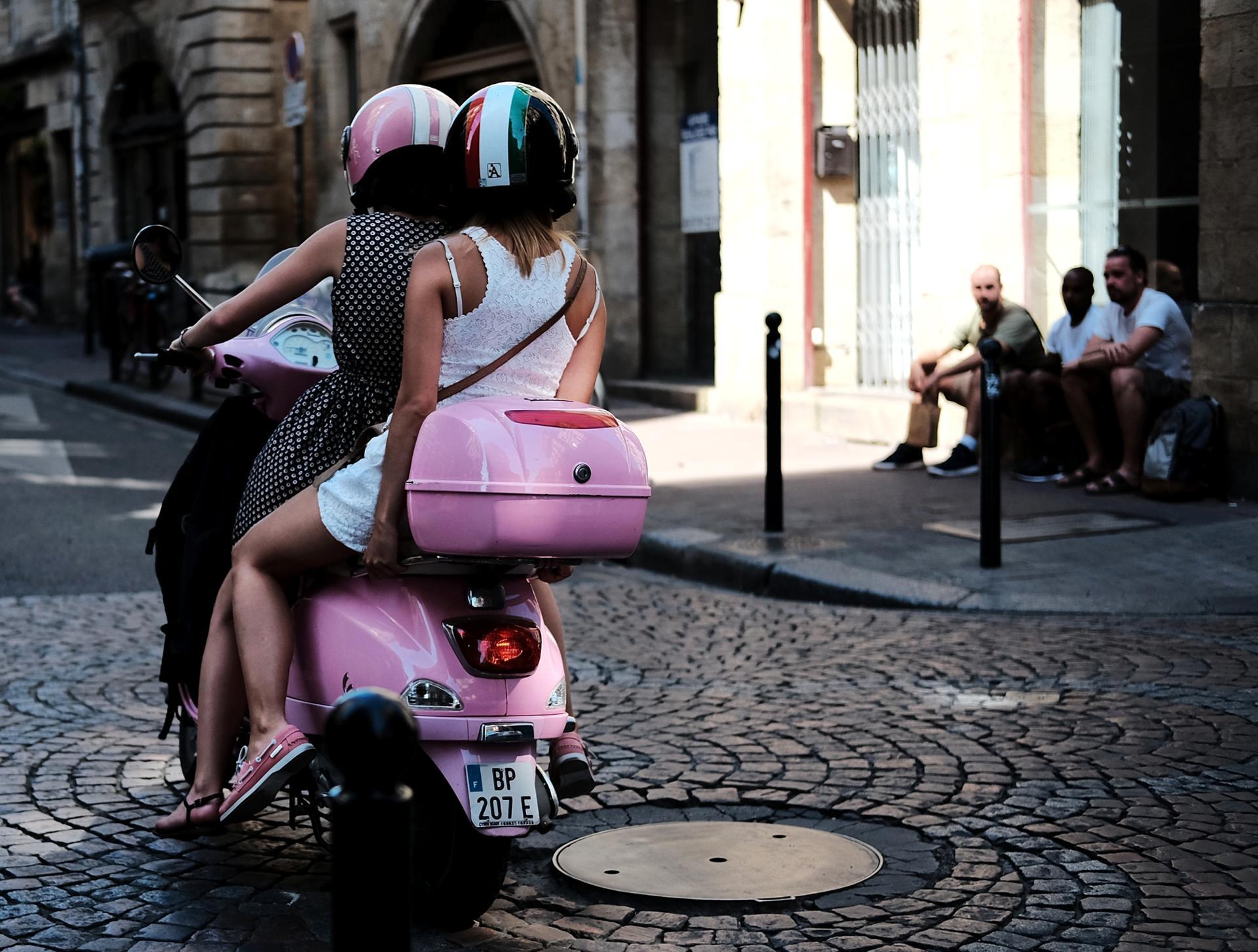 Et les filles en Vespa...