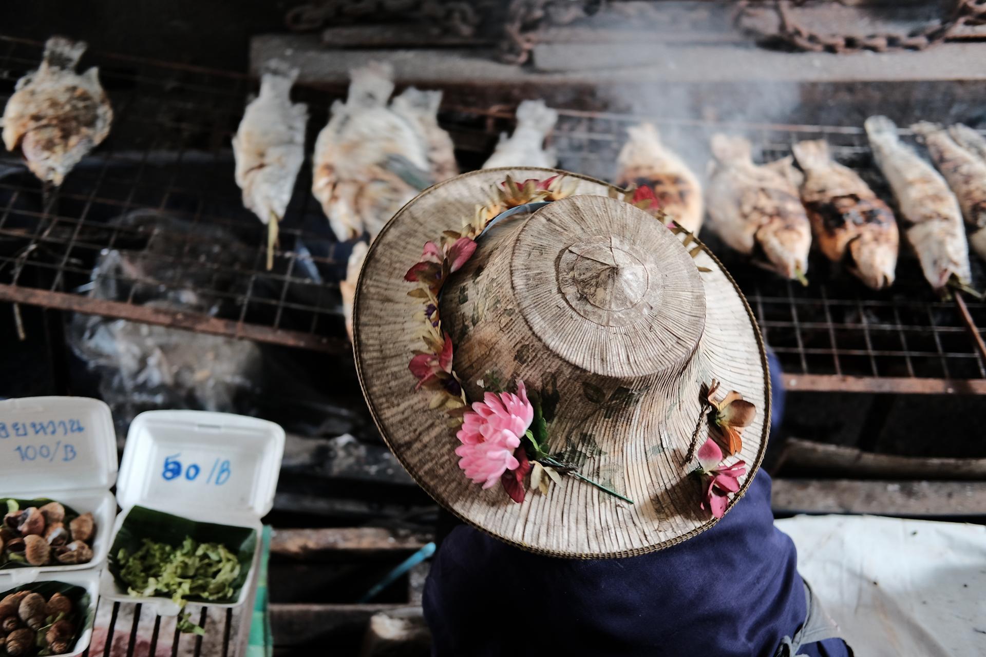 Poisson grillé au marché flottant