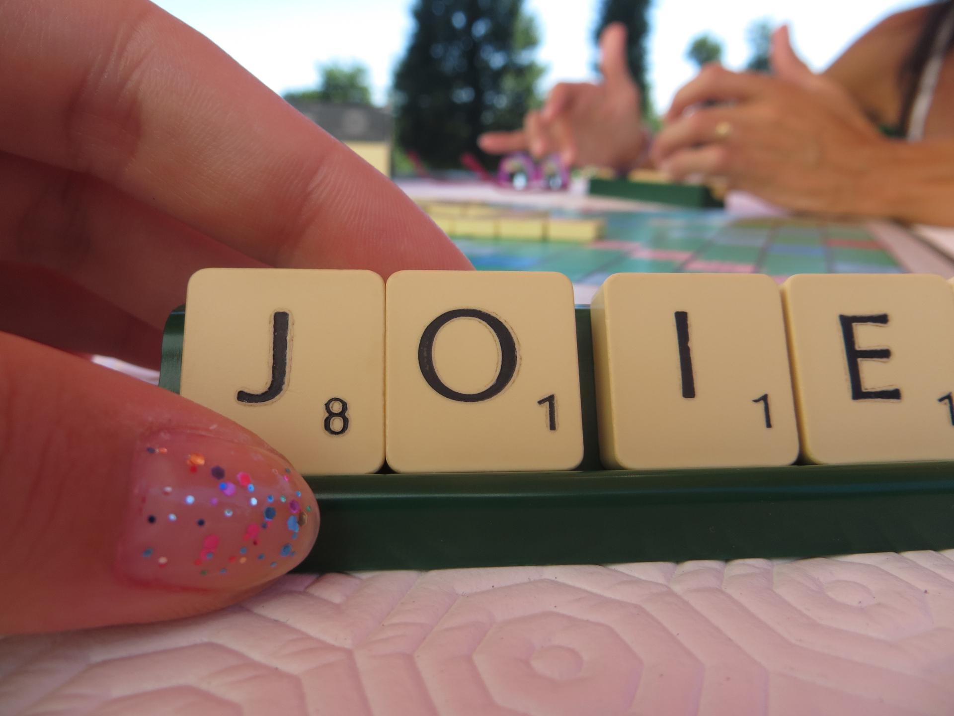 Une partie de Scrabble à l'ombre du parasol, avec mamoune.