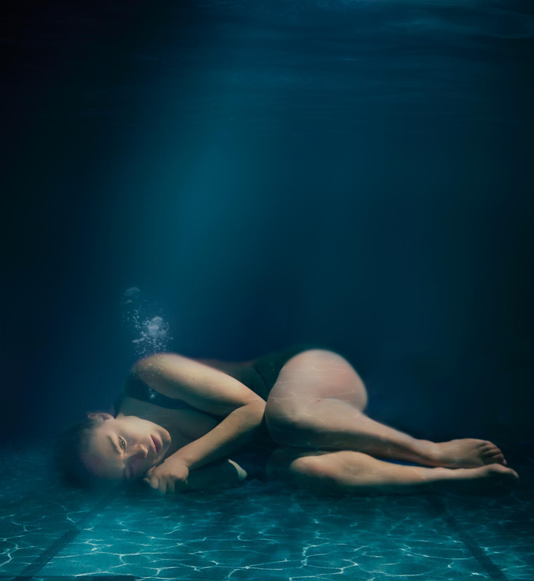 petit pull marine au fond de la piscine