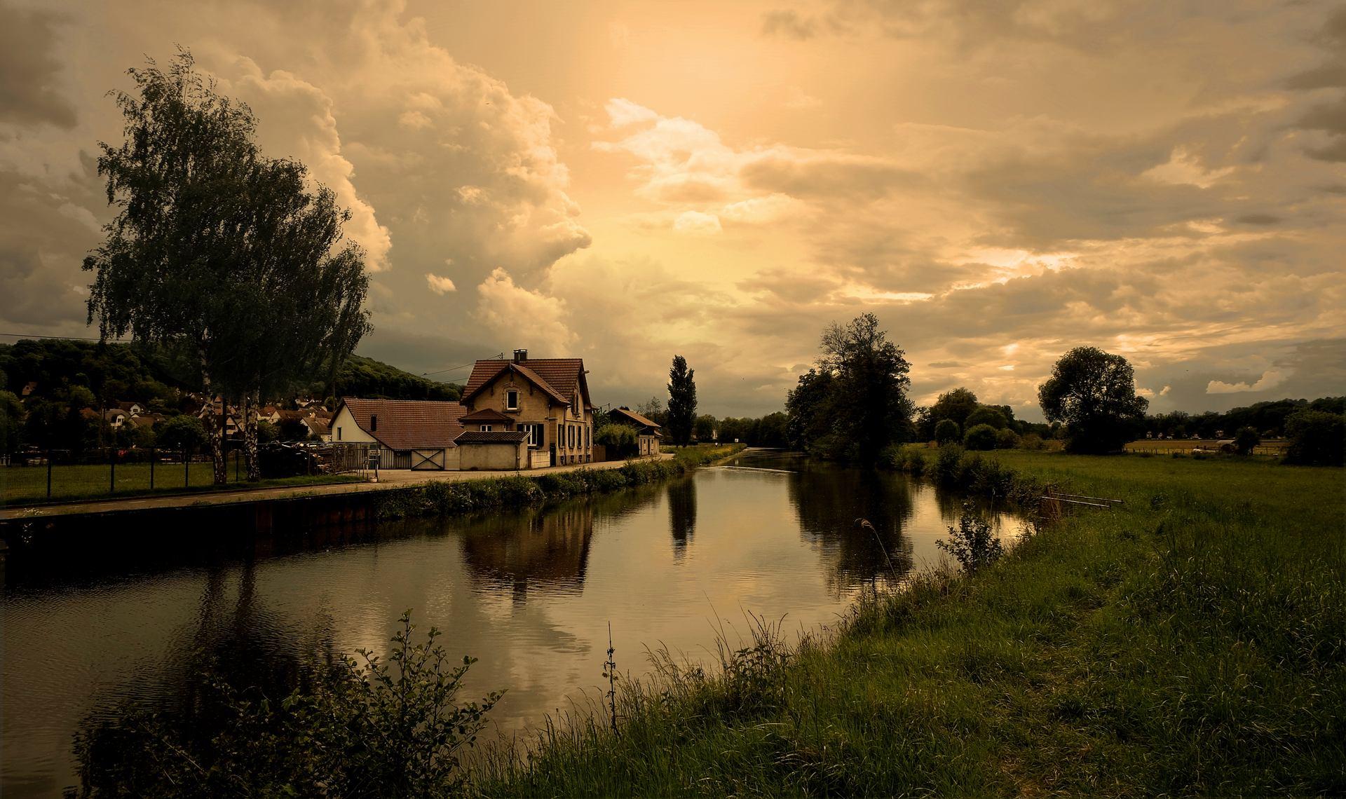 Menace orageuse sur le canal.