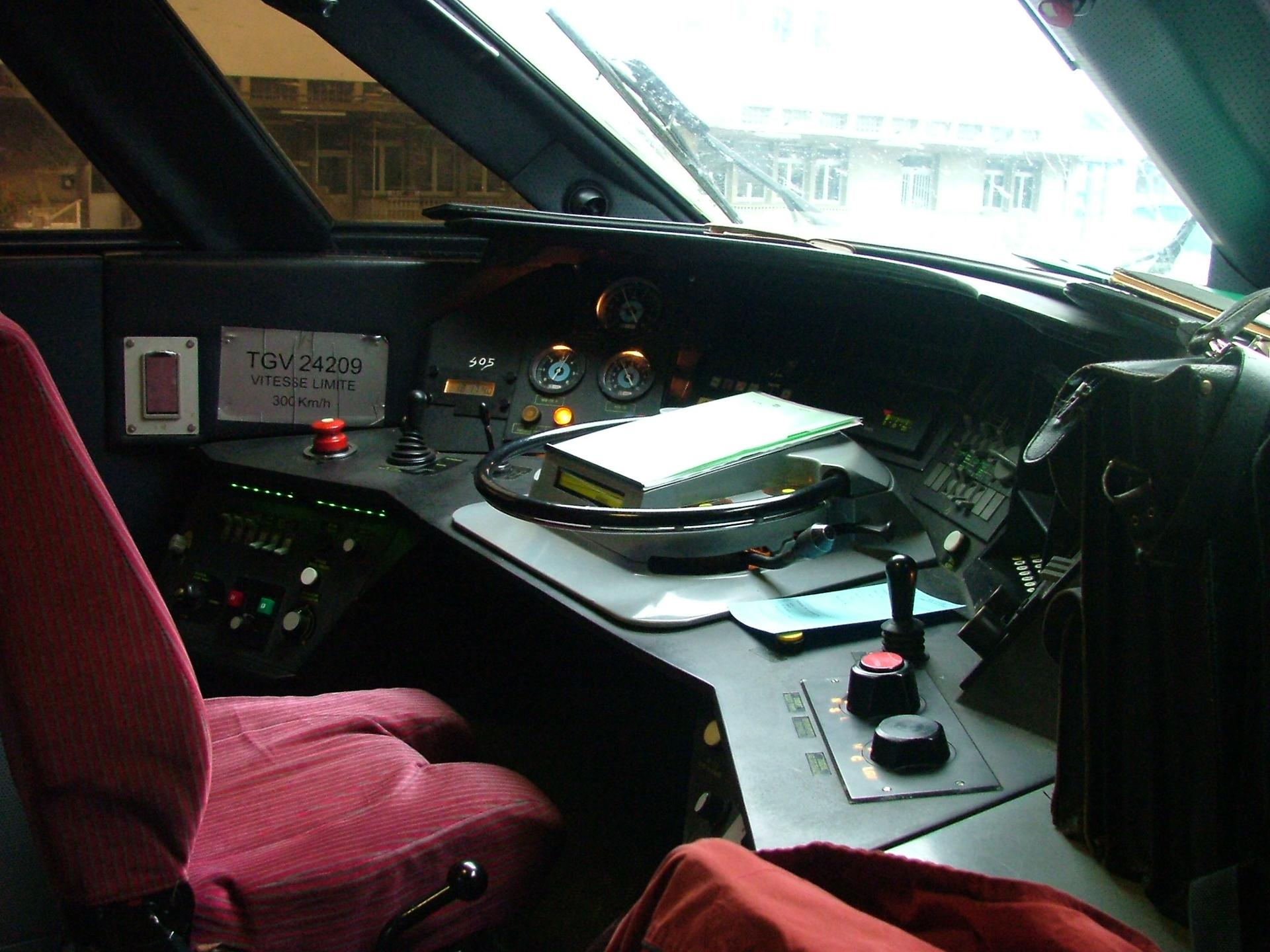 Cabine pilotage TGV - Gare de Nantes-1