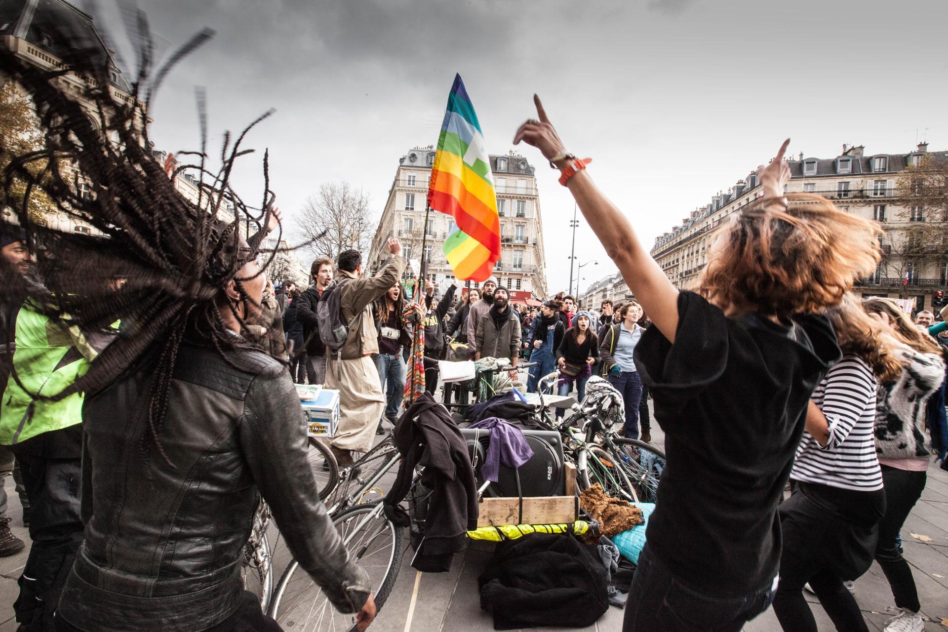 Les jeunes activistes pour le climat dansent lors de la manifestation pour la COP21 sur la Place de la République le 22 novembre 2015.