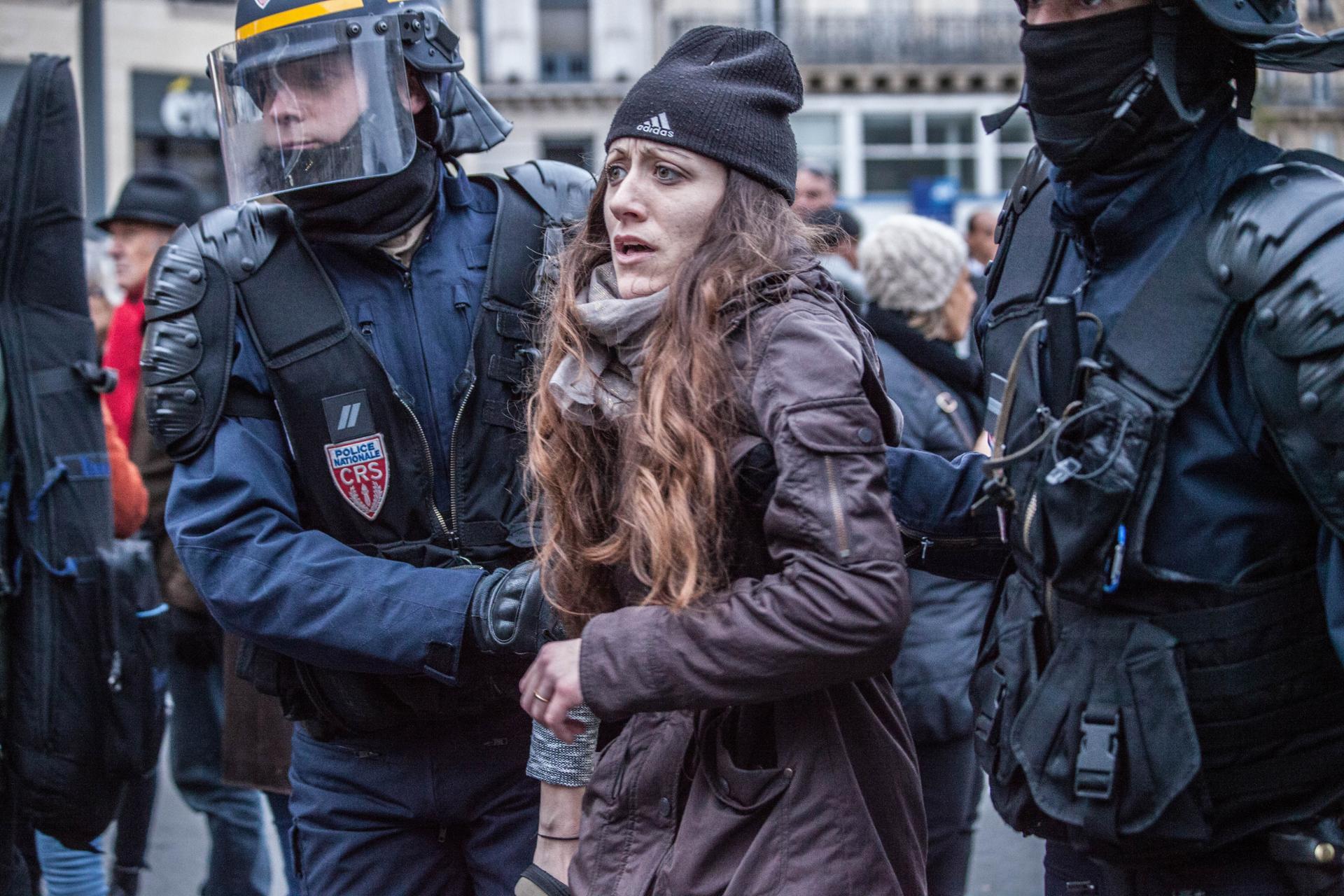 Une jeune femme arrêtée après la manifestation pour le climat pour la COP21 sur la Place de la République le 22 novembre 2015.
