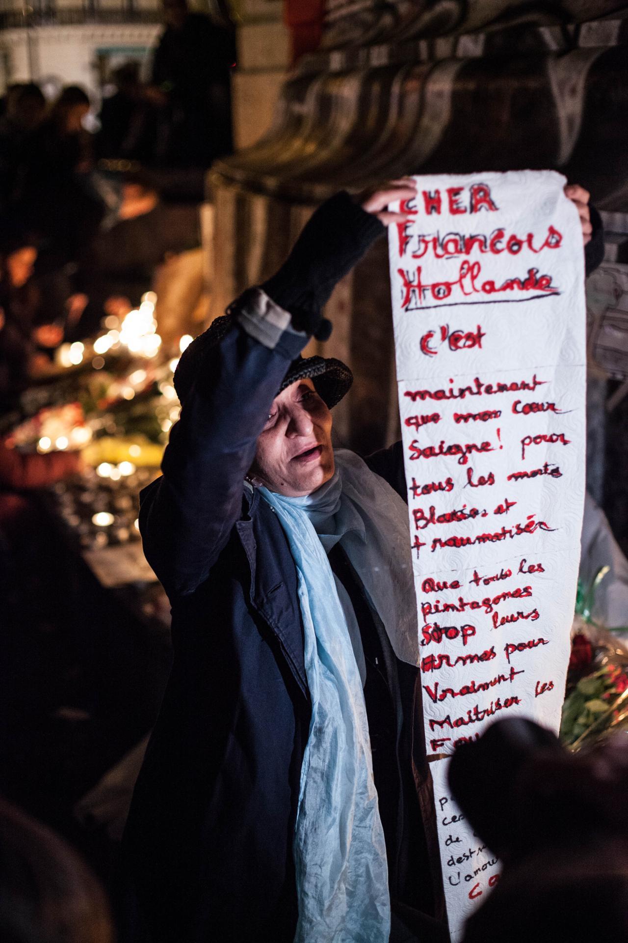 Une femme désespérée s'adressant au président de la République de lendemain des attentats de Paris.