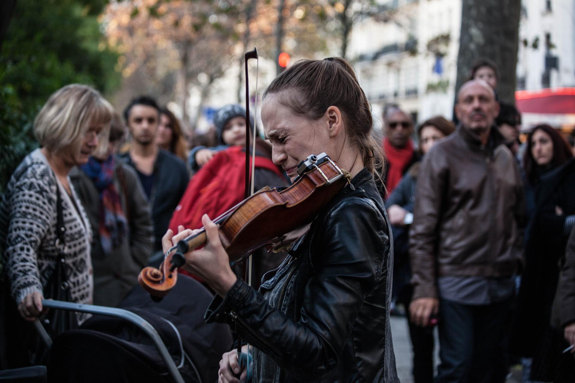 Une jeune violoniste devant le Bataclan le 15 novembre 2015.
