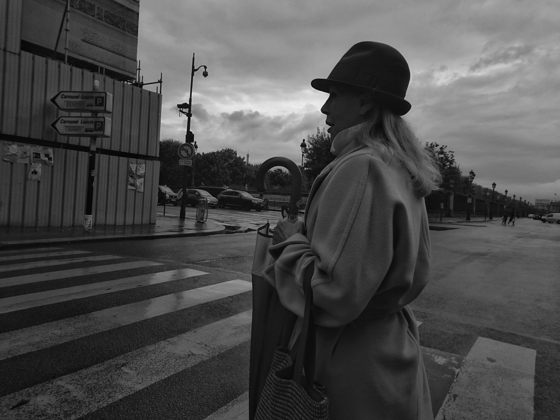"""APRES LA PLUIE... DIEU CREA LA PARISIENNE"" (rue de Rivoli, Paris 2015)"