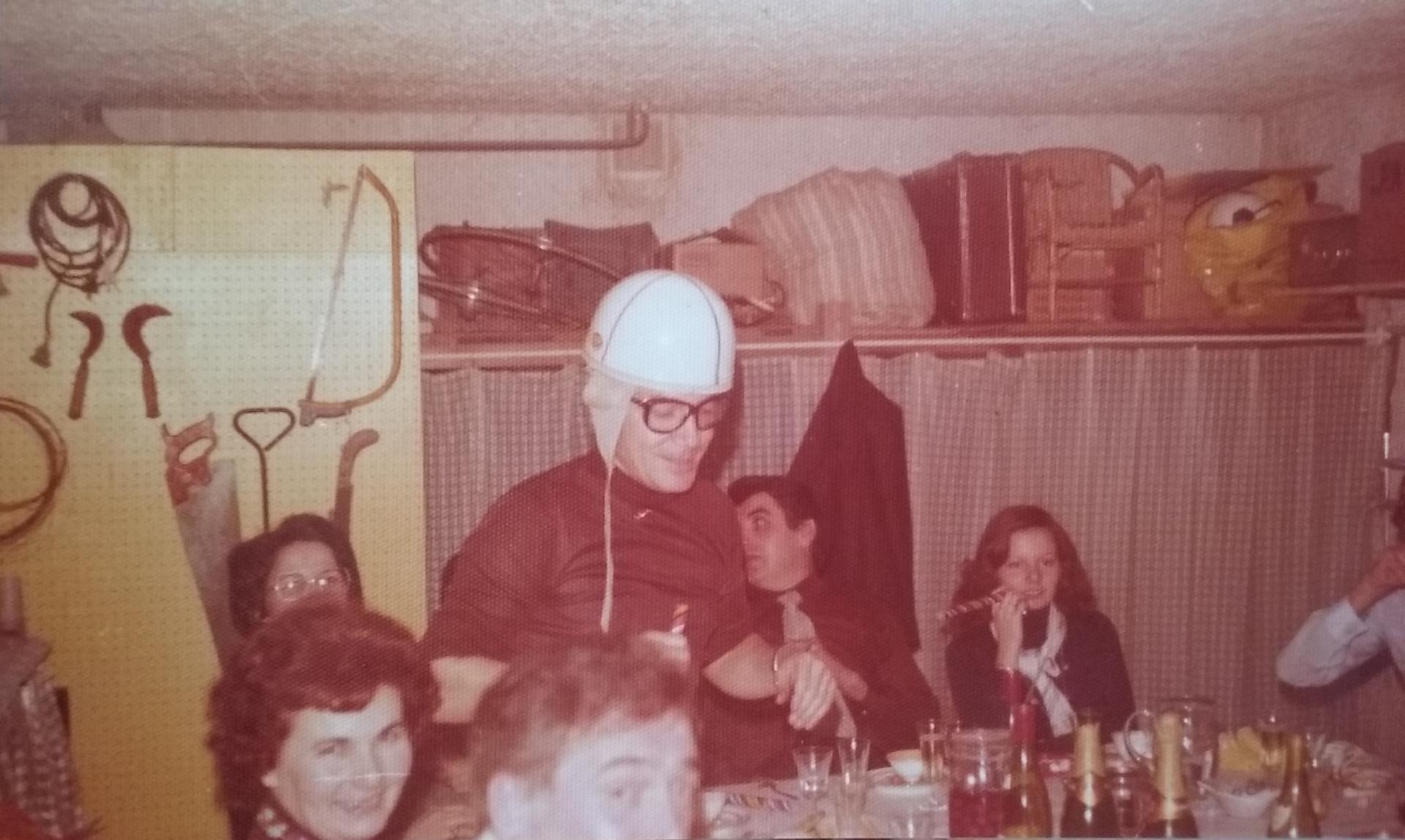 Anniversaire au garage, années 1970