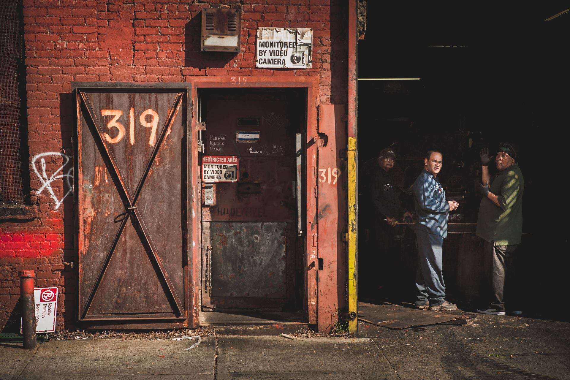 New York - Factory workers in Brooklyn  >319<