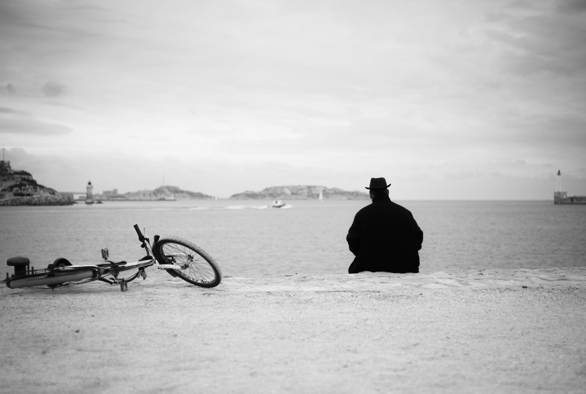 L'homme au chapeau et son vélo