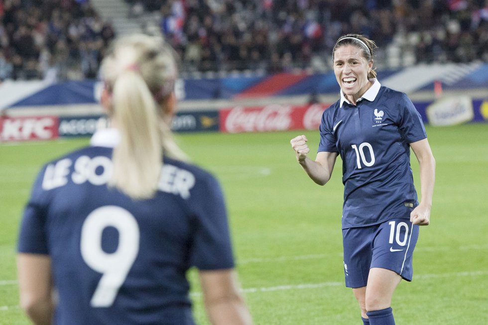 Camille Abily célèbre son but contre les Pays-Bas