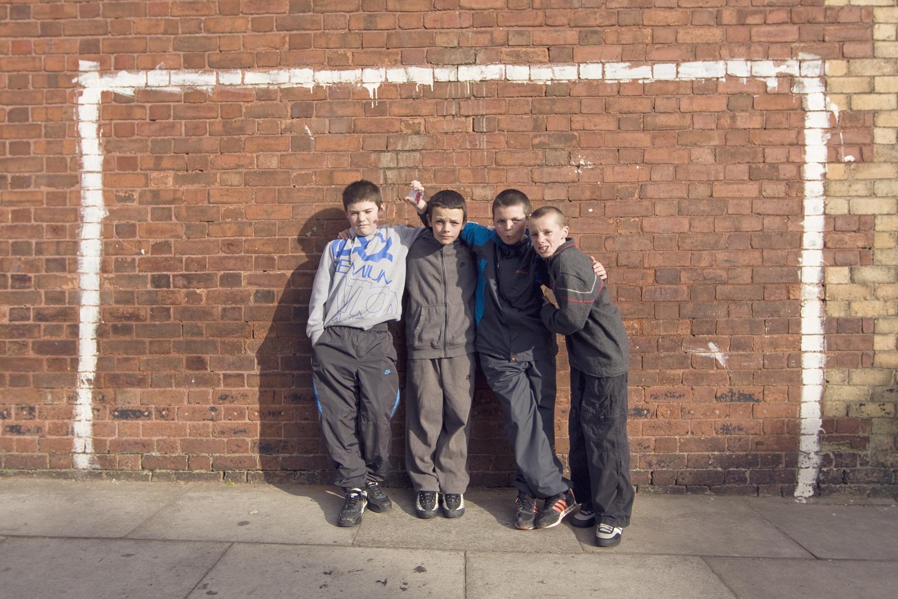 Photo d'équipe devant un but improvisé dans Sybil Road, près d'Anfield, Liverpool.