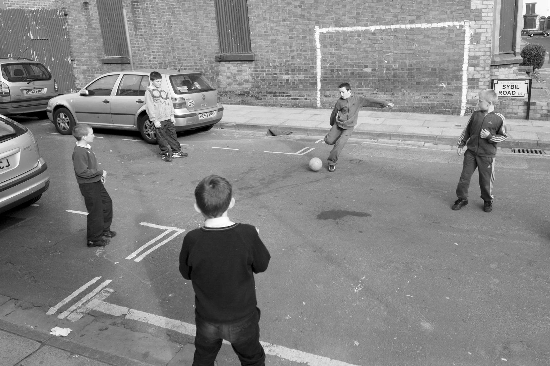 Partie de foot dans Sybil Road, près d'Anfield, Liverpool.