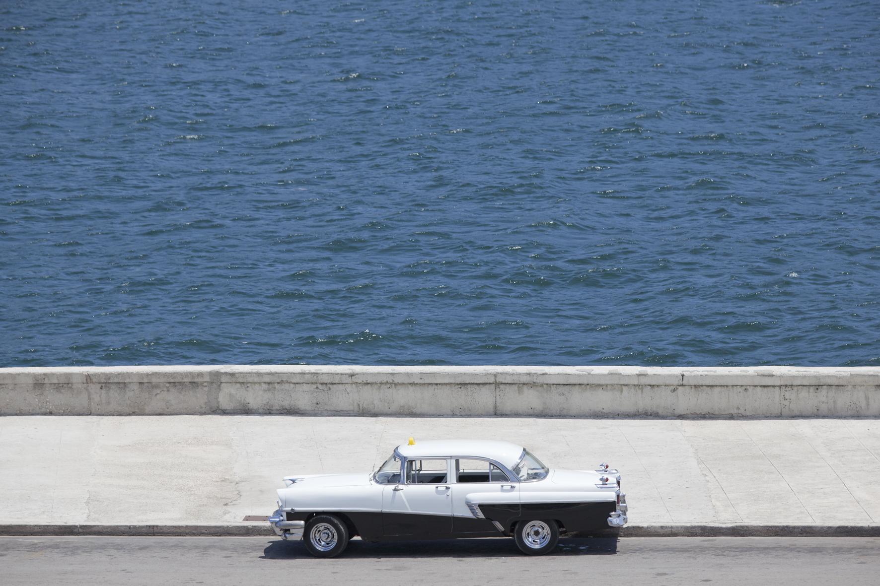 Taxi au repos sur le Canal de Entrada, La Havane (Cuba)