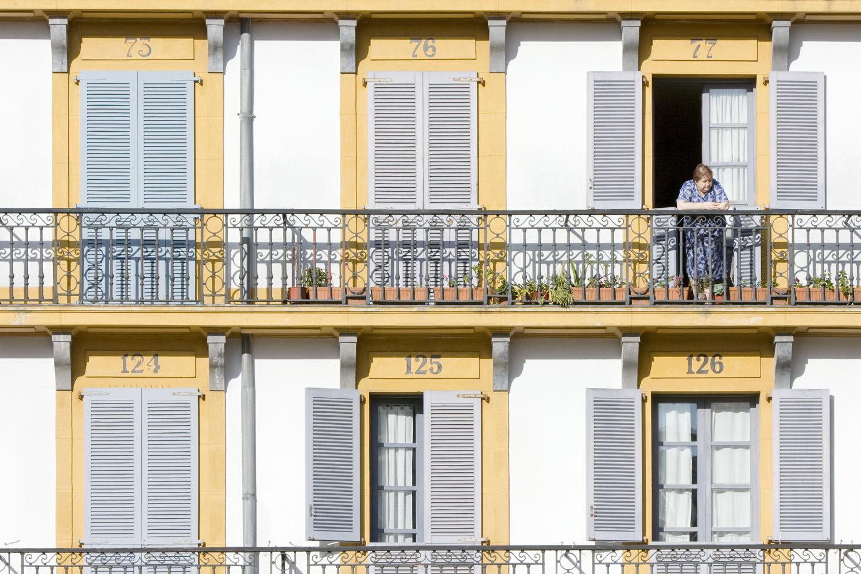 A la fenêtre, San Sebastian, Espagne