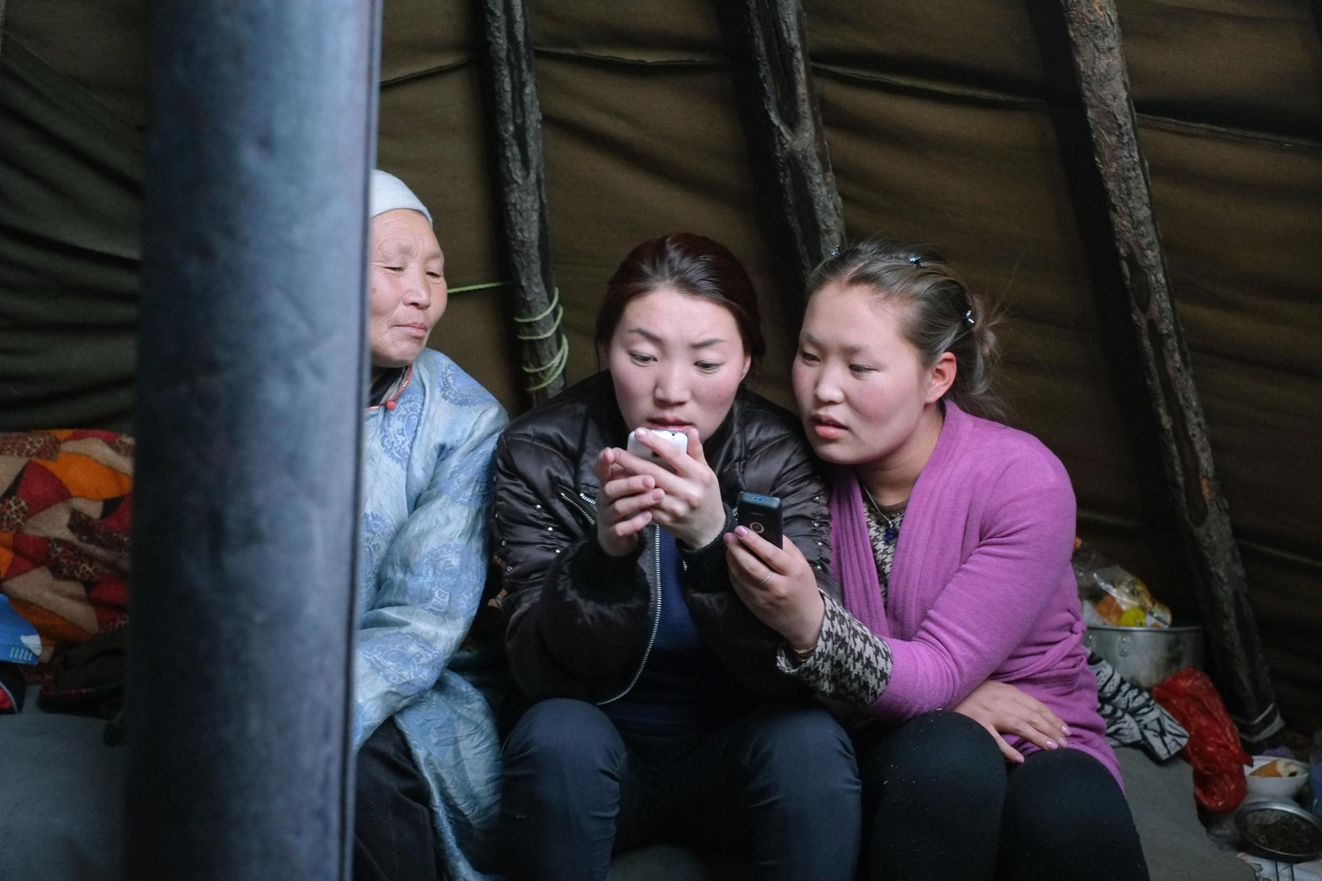 Mère et filles chez les Tsaatans