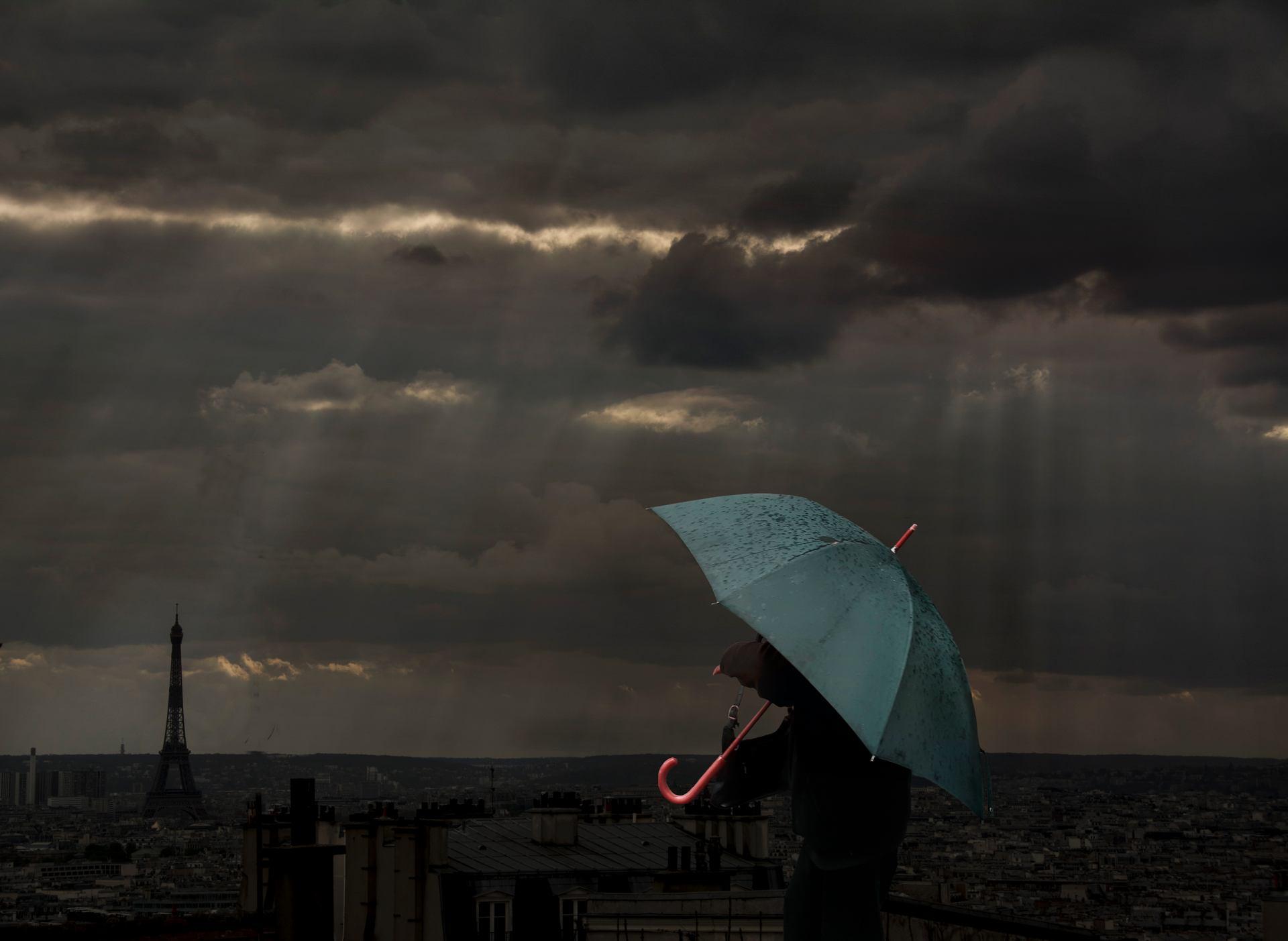 Deux dames sous la pluie