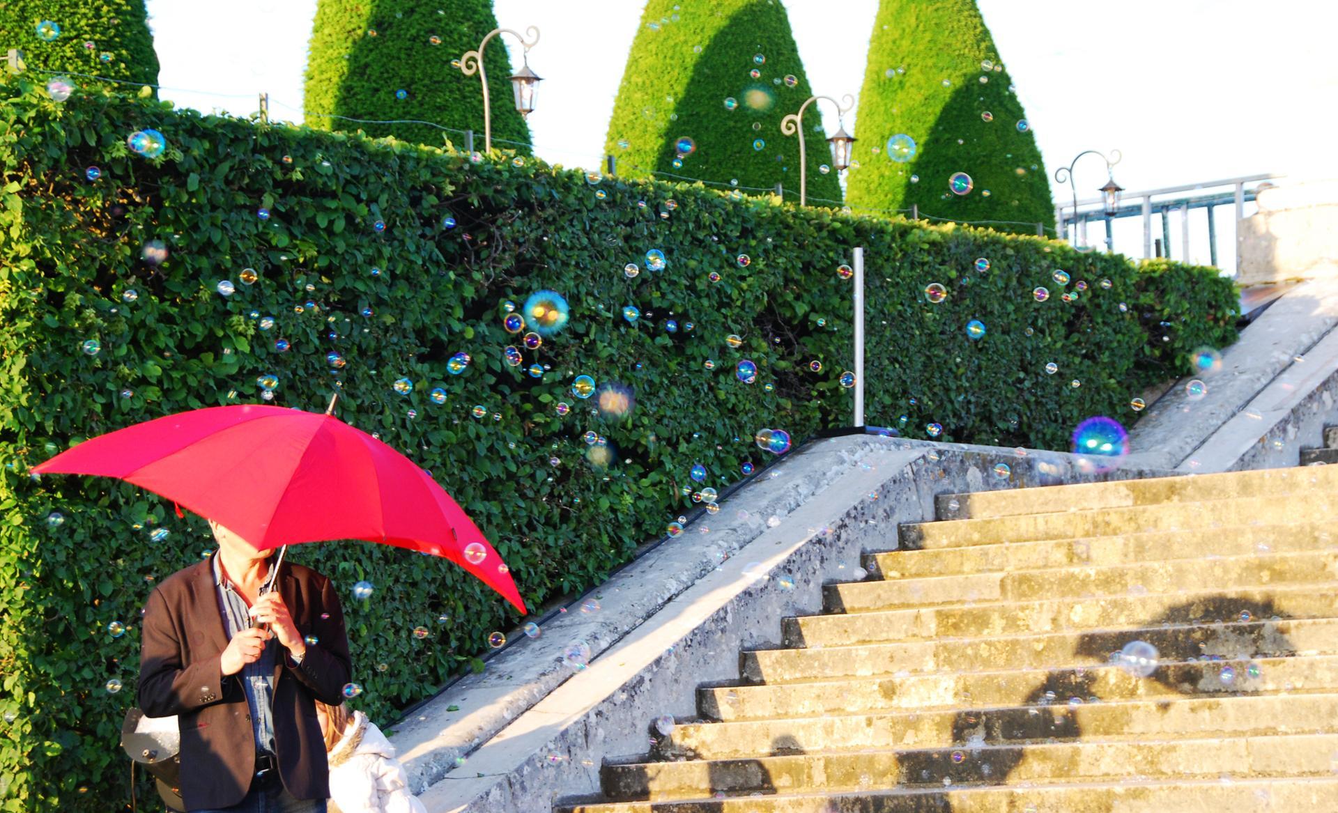 Pluie de bulles sur parapluie rouge