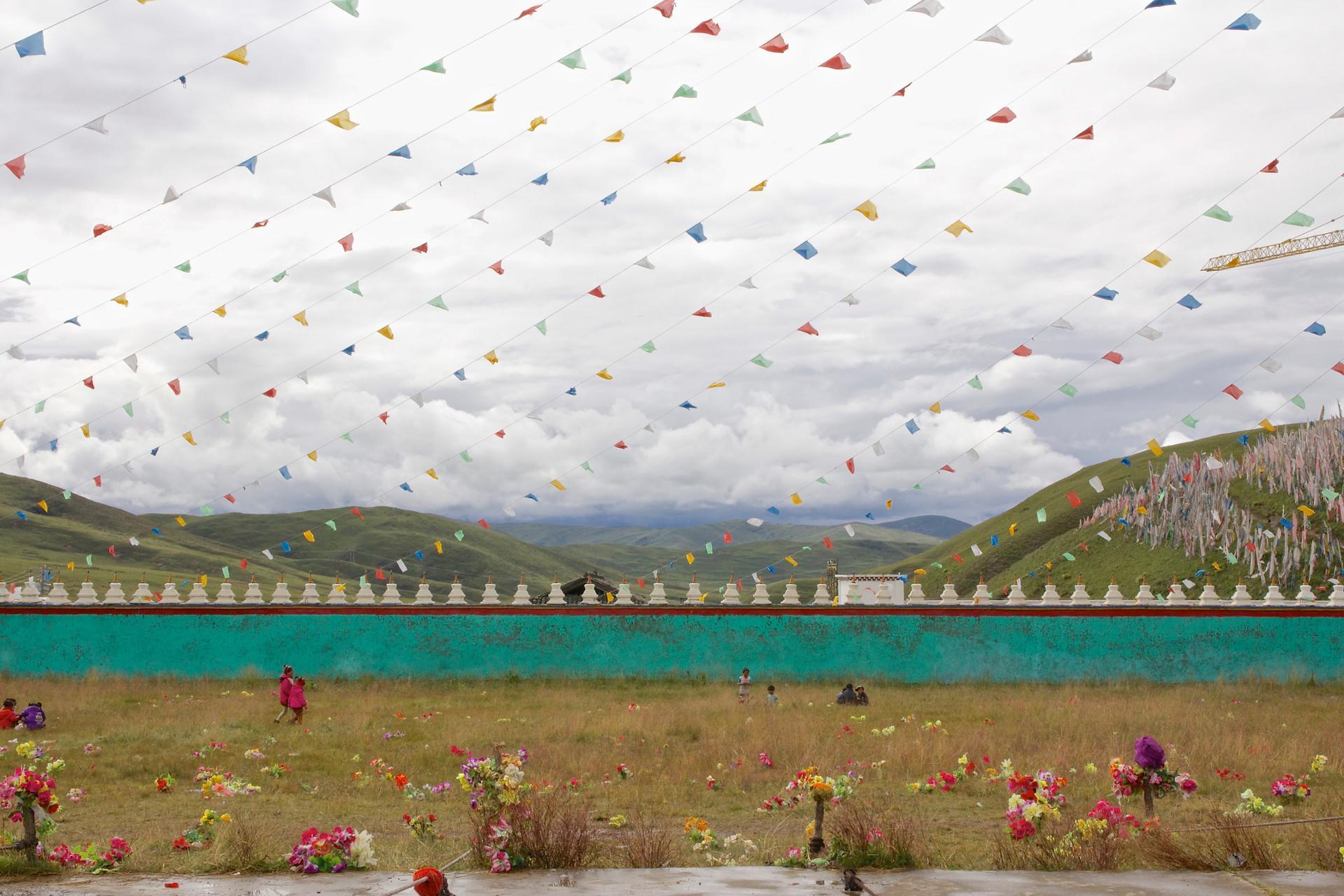 Des fleurs et des drapeaux