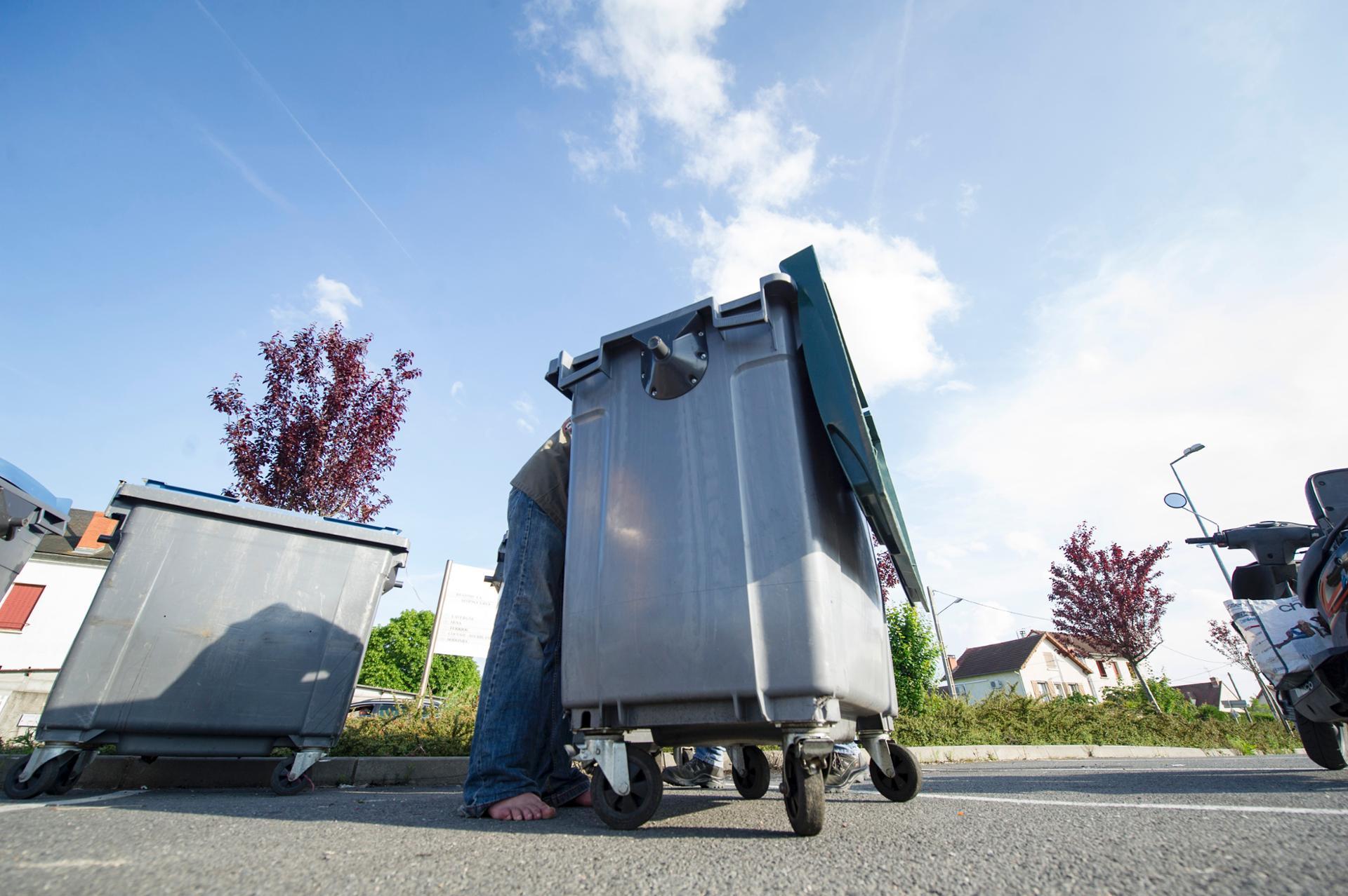 Guillaume faisant les poubelles d'un parking de supermarché.
