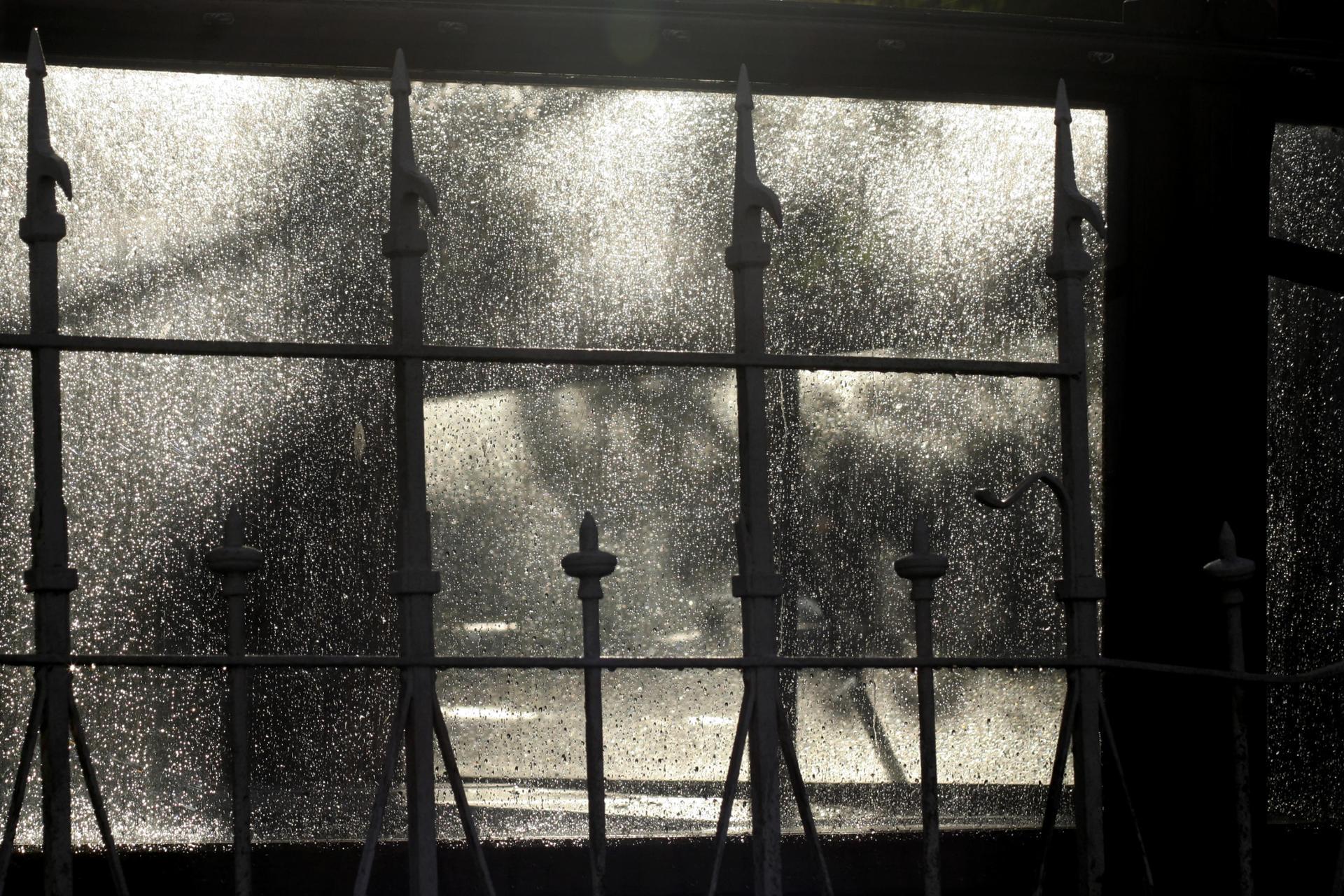 la pluie derrière la grille